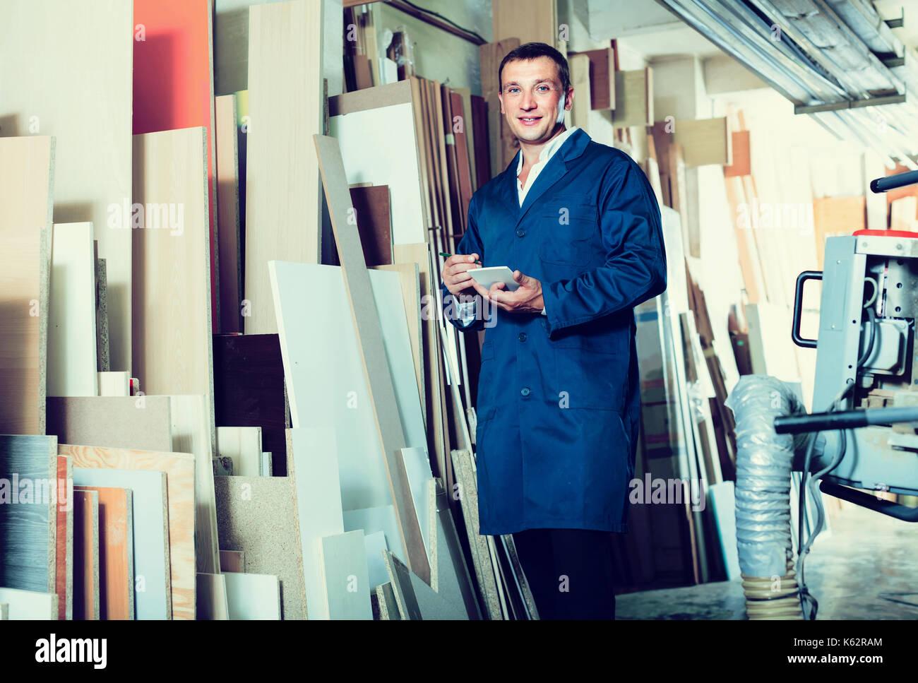 Portrait von Happy spanischer Mann in Uniform Wahl fest Bar aus Holz ...