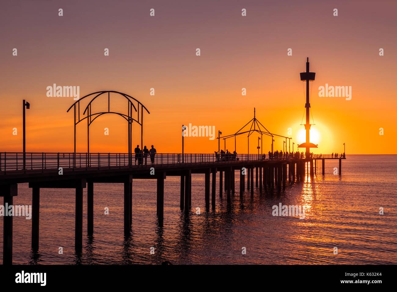 Brighton Beach Jetty mit Menschen bei Sonnenuntergang, South Australia Stockbild