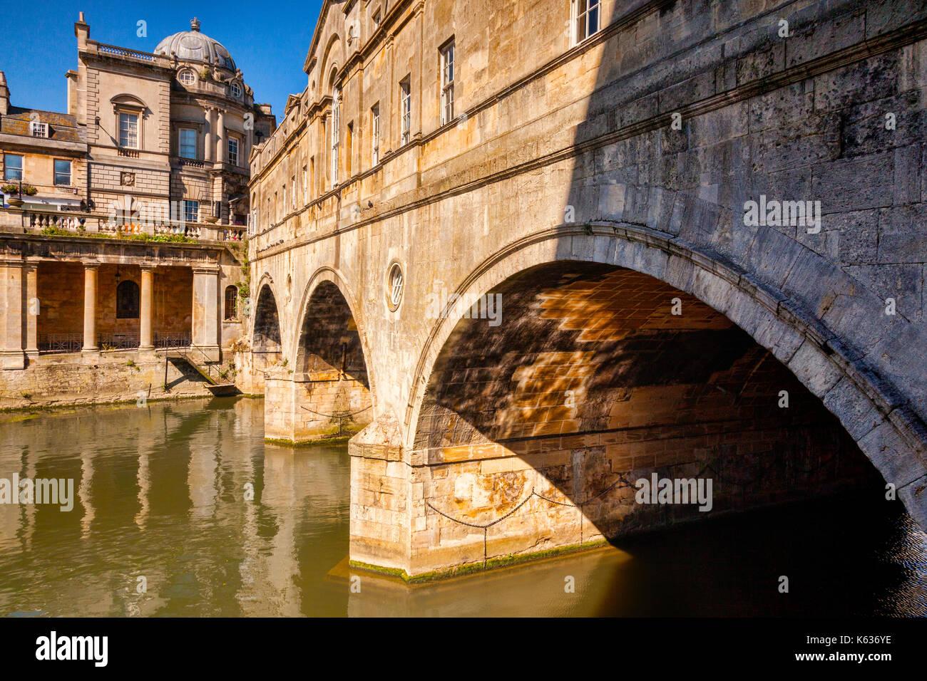 Eine der berühmtesten Sehenswürdigkeiten von Bath, die Pulteney Bridge von Robert Adams, über den Fluss Avon. Badewanne, Somerset, England, UK. Stockbild