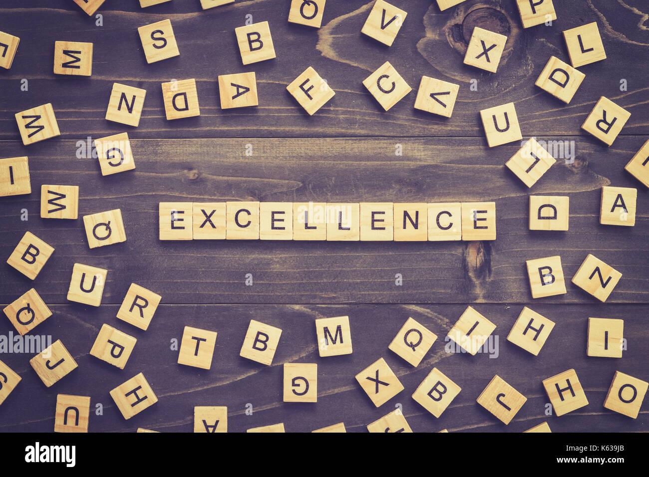 Exzellenz Wort Holz Block am Tisch für Business Konzept. Stockbild