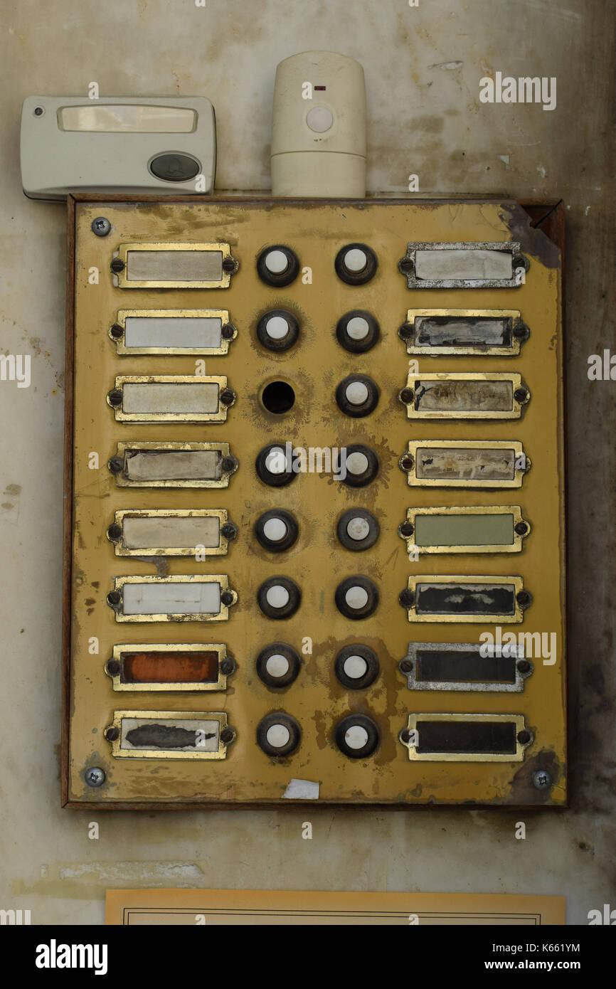 Alte verwitterte Türklingel Panel im Apartment Gebäude. Grunge Klingel Summer mit gebrochenen Tasten. Stockbild