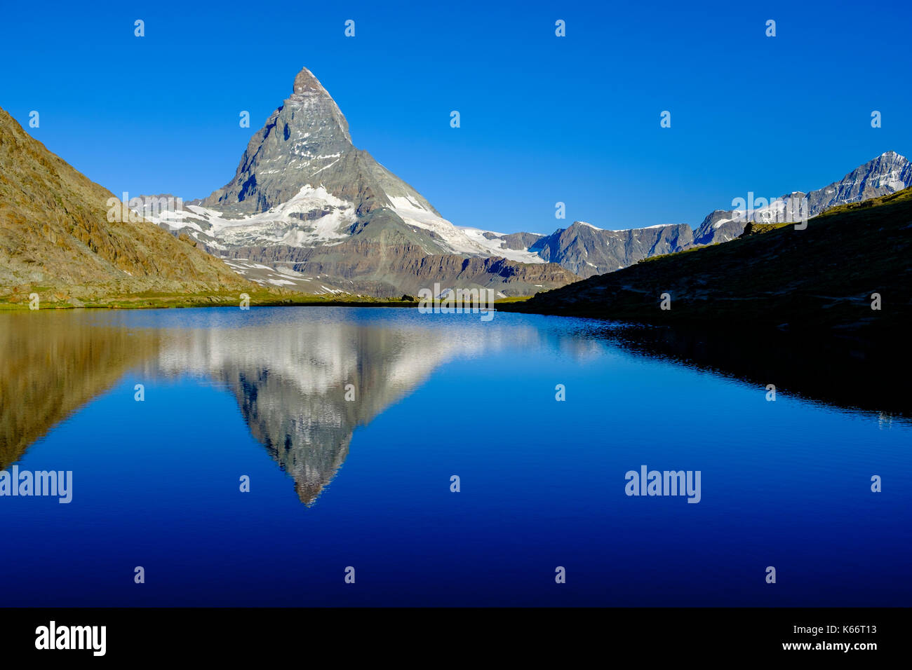 Die Ostwand des Matterhorn, Monte Cervino, Spiegelung im See riffelsee bei Sonnenaufgang Stockbild