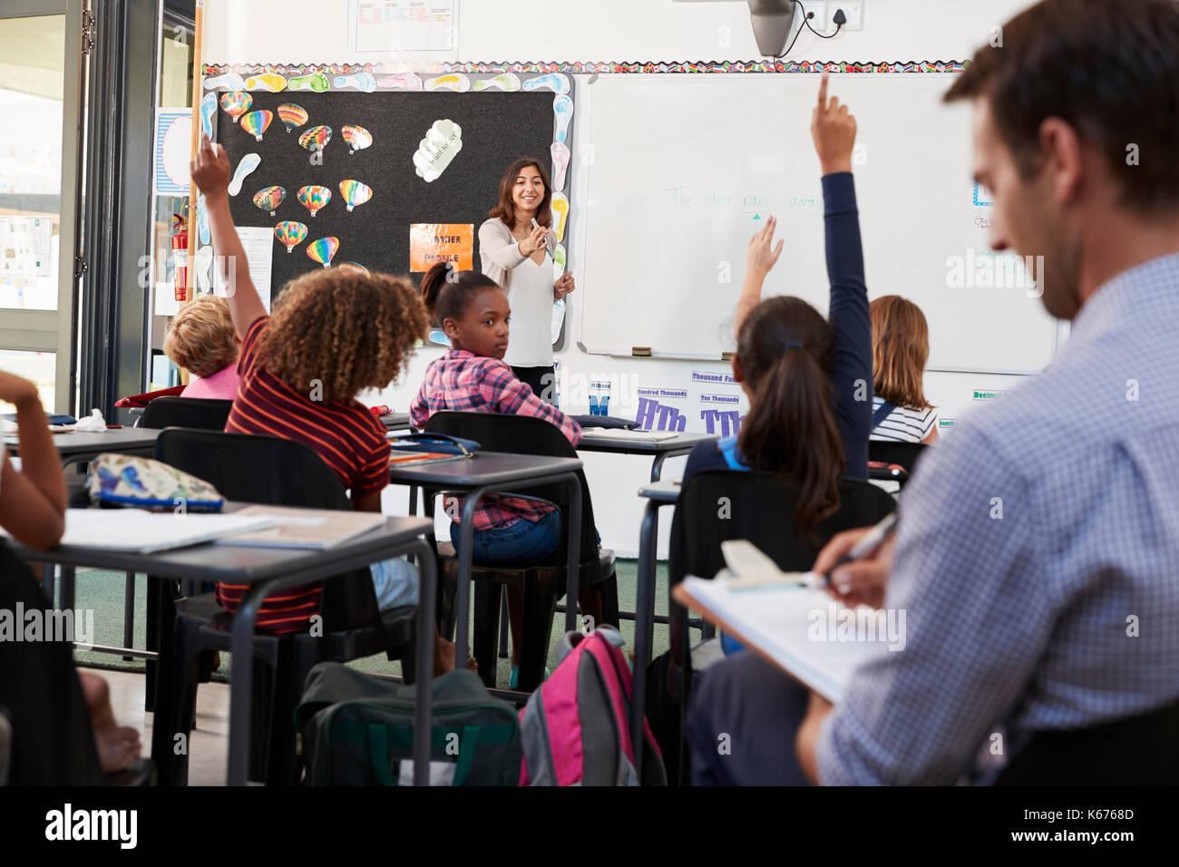 Studienreferendar lernen, wie elementare Studenten unterrichten Stockbild