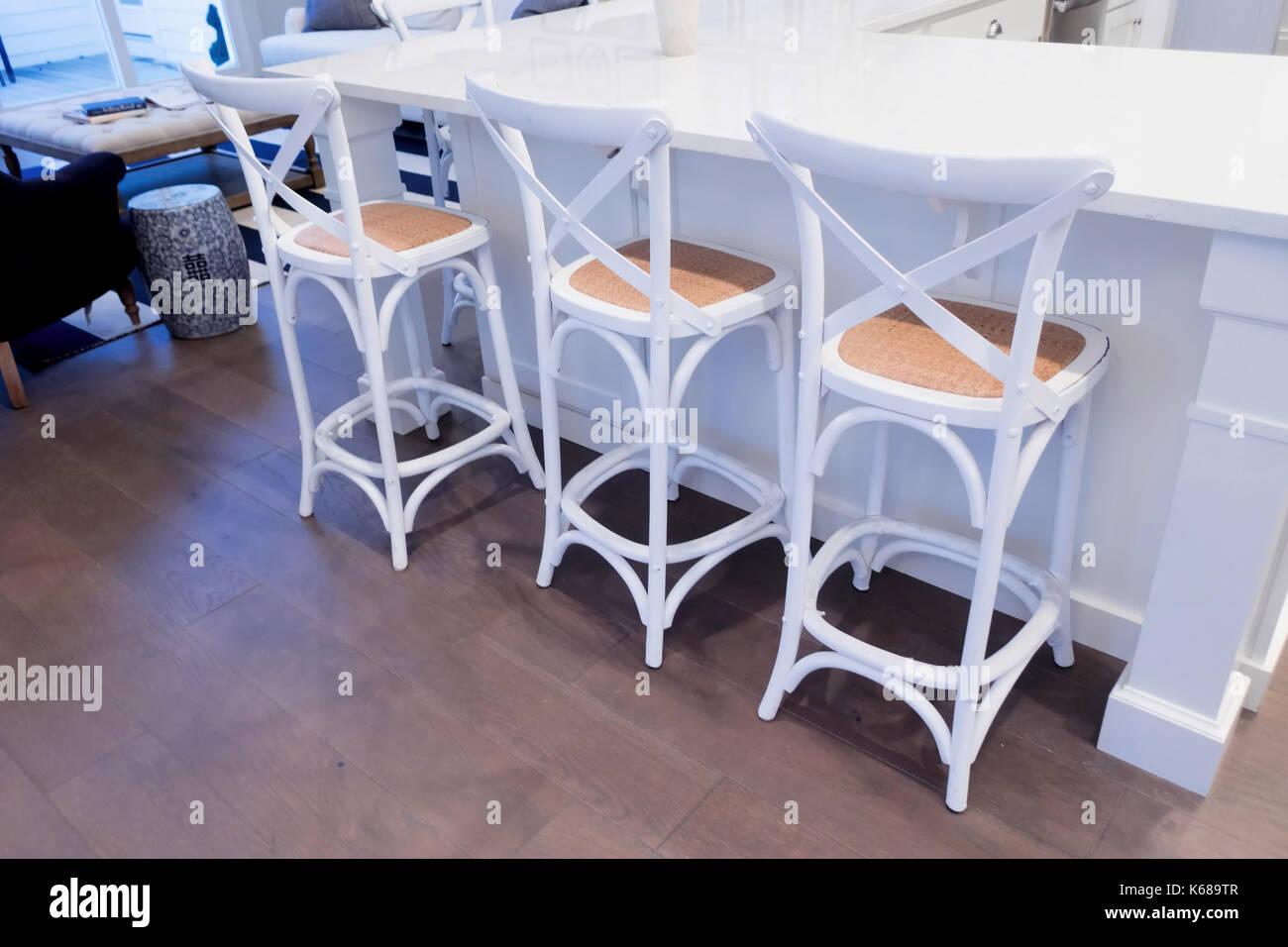 Granit Arbeitsplatte Outdoor Küche : Drei hocker an einem weißen granit arbeitsplatte in der küche