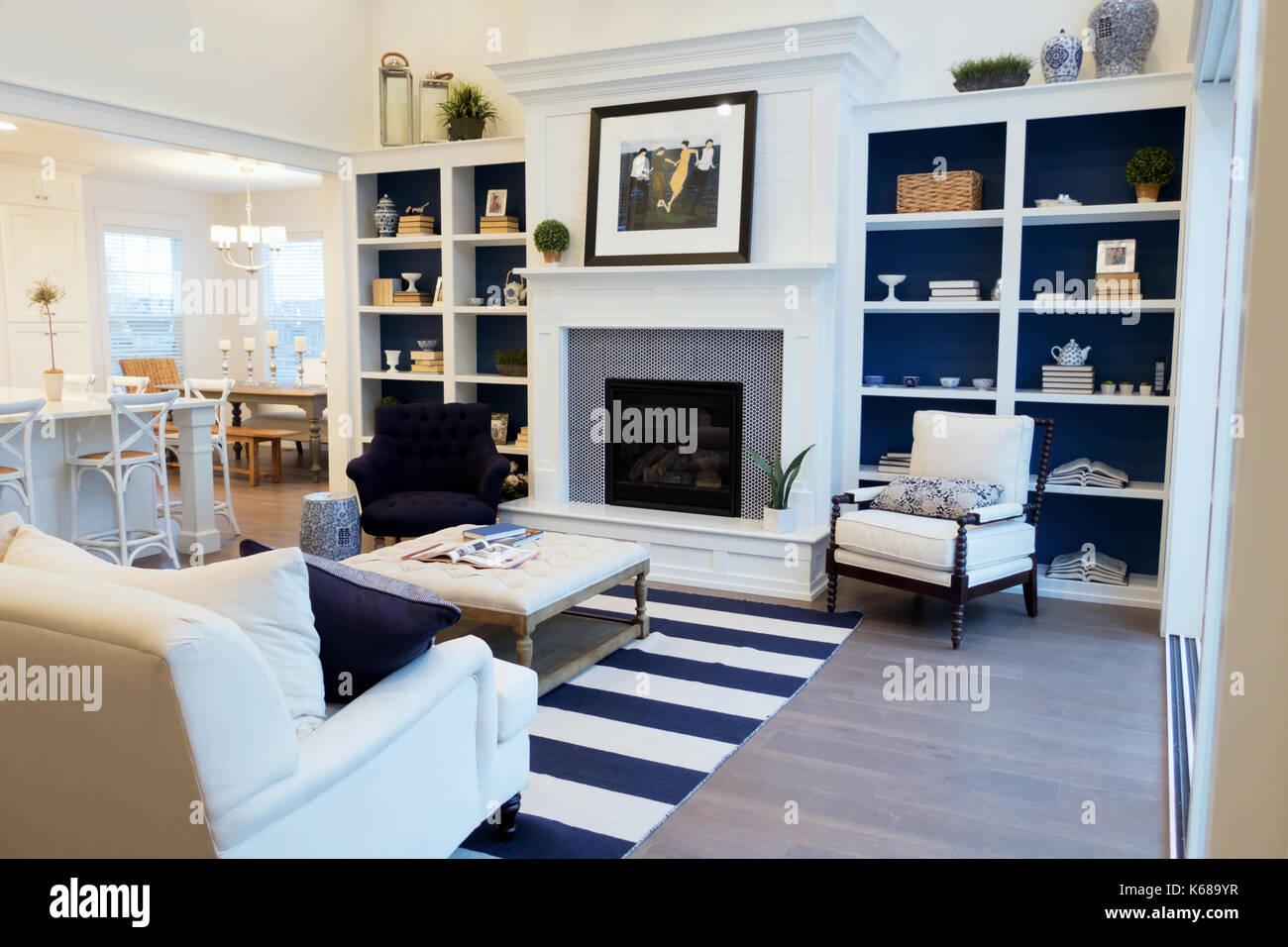 Ein offenes Wohnzimmer mit offener Küche, eingebaute ...