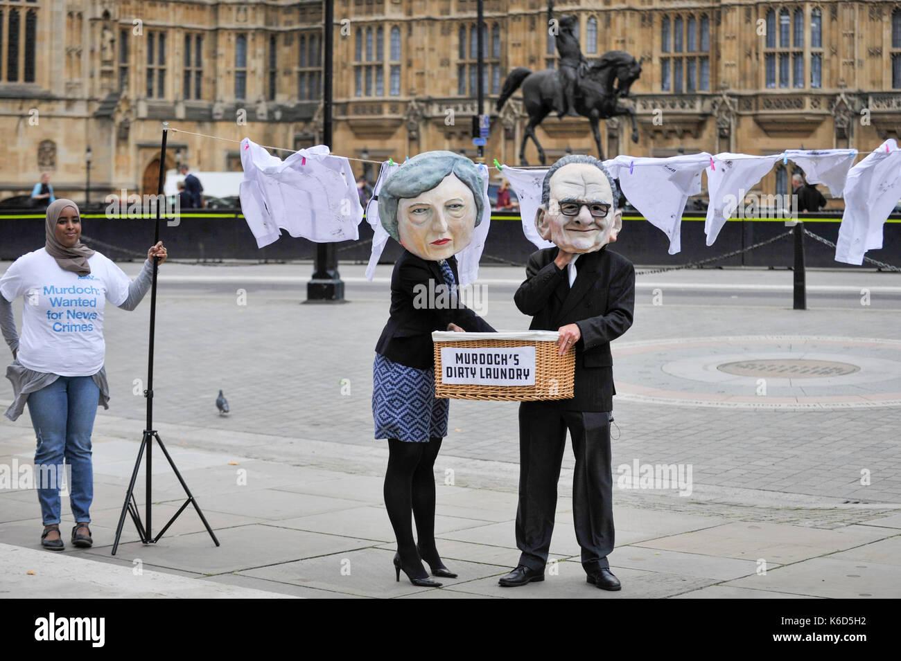 London, Großbritannien. 12 Sep, 2017. Ein paar Stand außerhalb der Häuser des Parlaments tragen eines Pappmaché Stockfoto