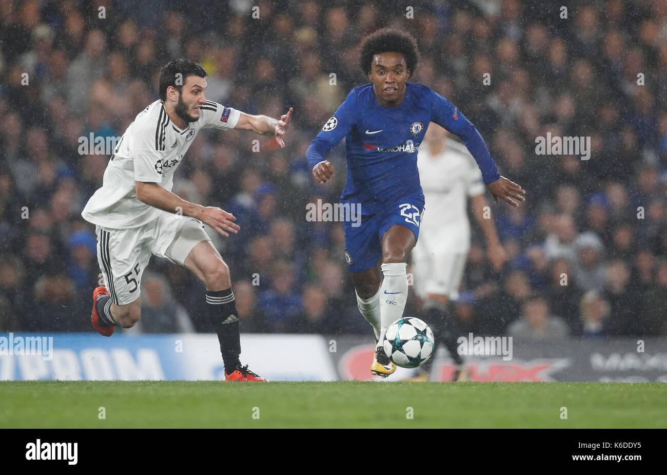 London, Großbritannien. 12 Sep, 2017. William (R) von Chelsea Mias mit Badavi Huseynov von Qarabag FK während der Stockfoto