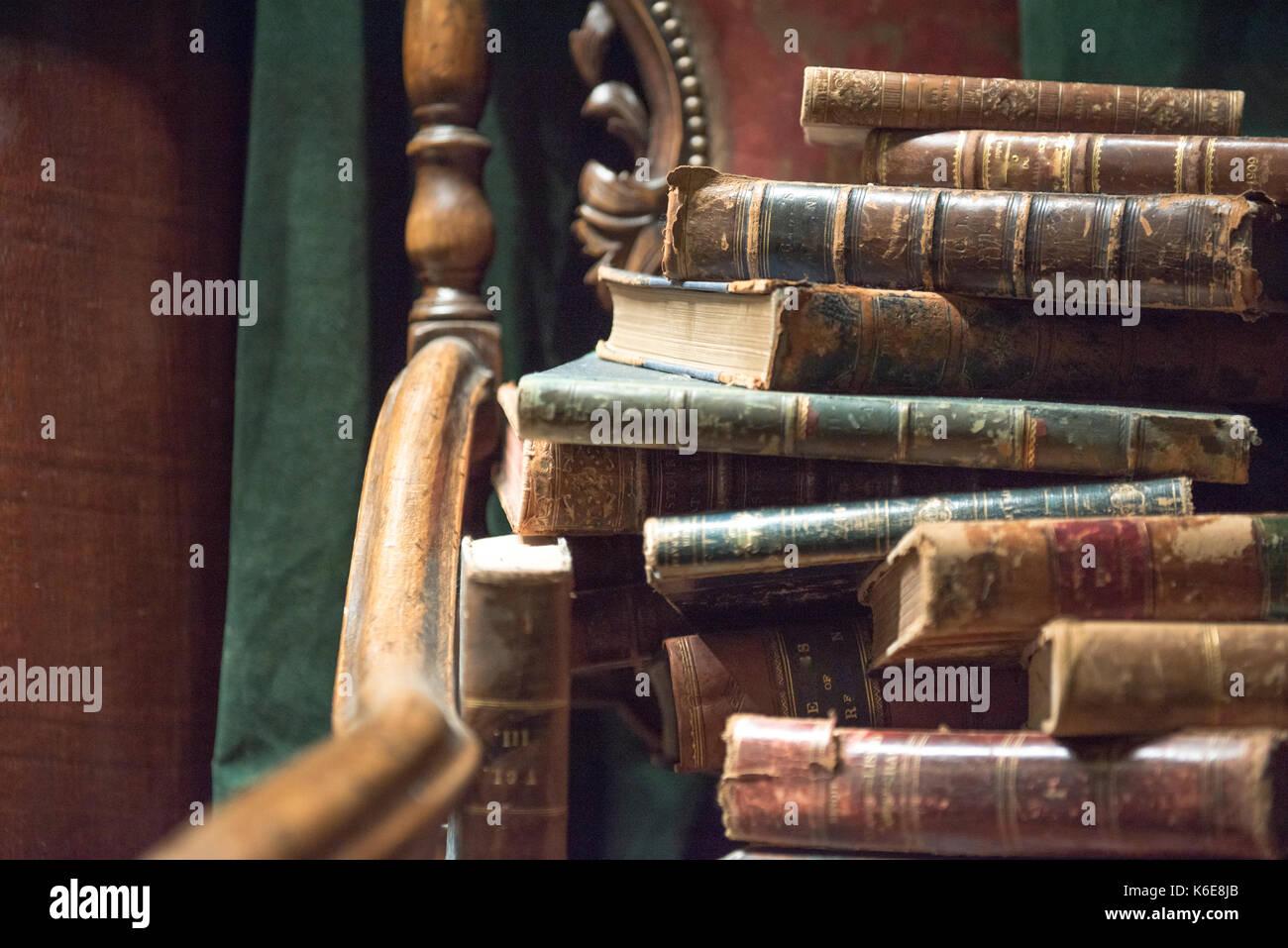 Vintage Barock Sessel Mit Alten Büchern Gegen Grüne Vorhang