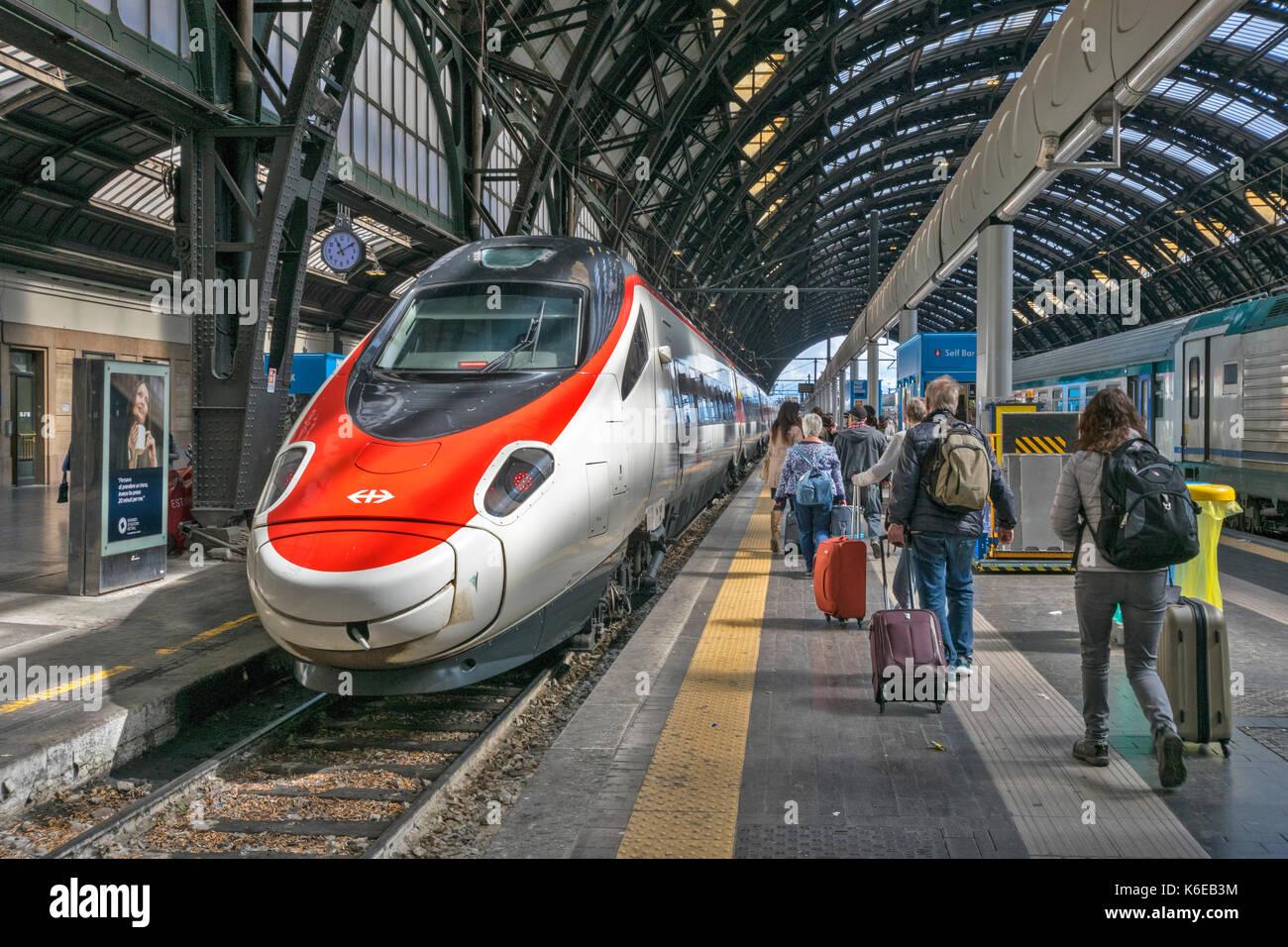 Italien HOCHGESCHWINDIGKEITSZÜGE UND DIE FLUGGÄSTE am Mailänder Bahnhof Stockbild
