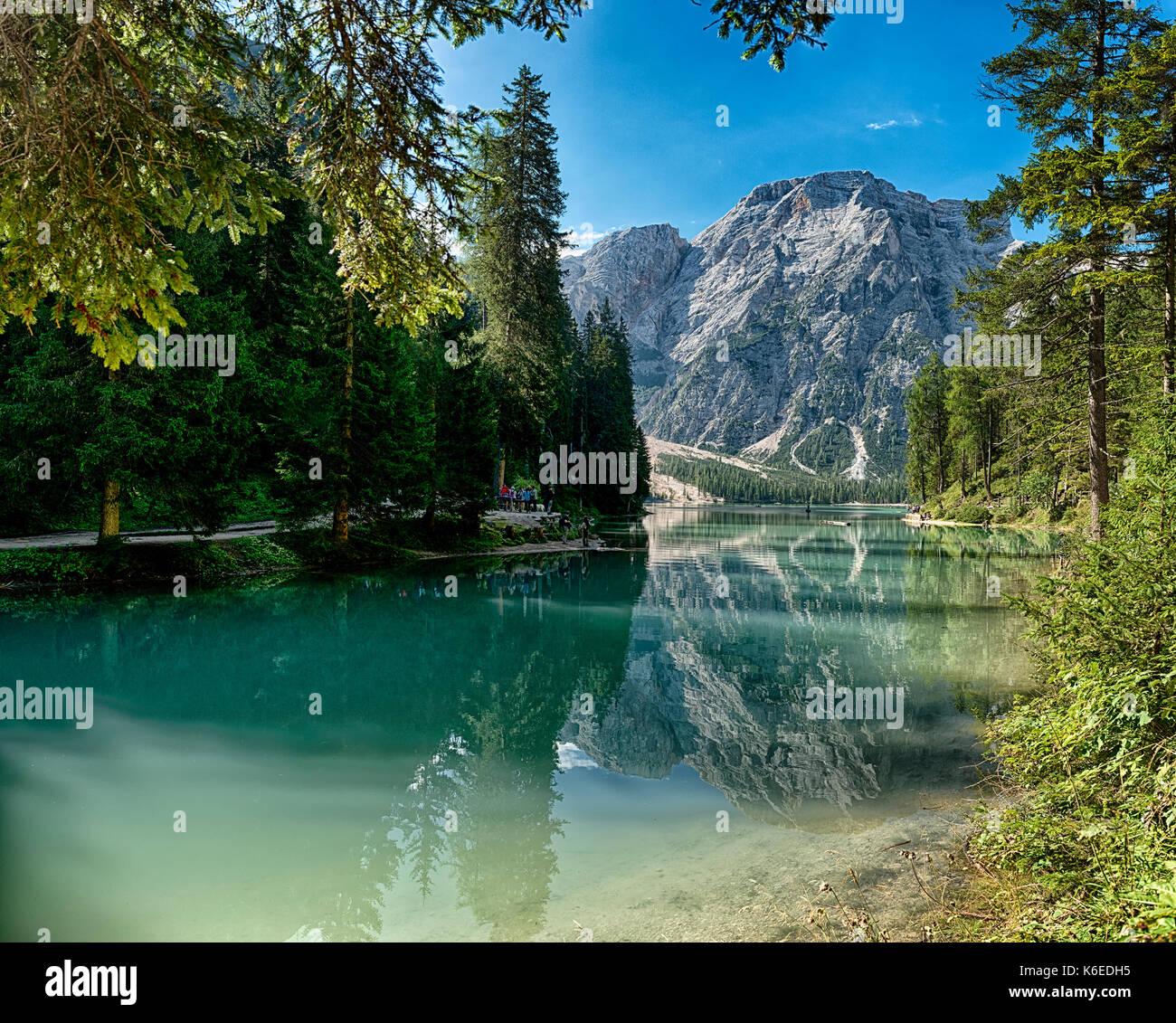 Landschaft der See von Bries und Mount Croda del Becco im Hintergrund mit blauer Himmel am Horizont, Dolomiten - Südtirol, Italien Stockbild