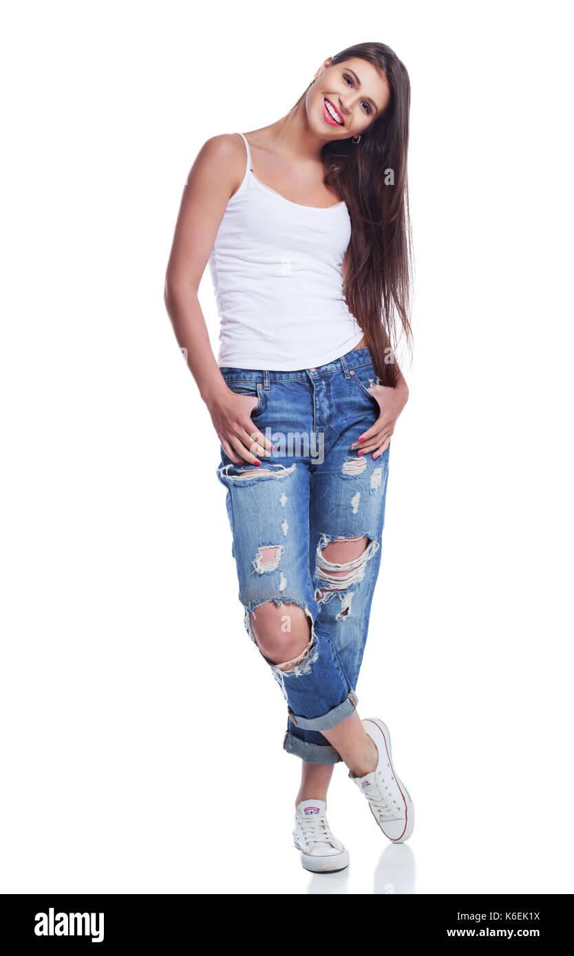 59cc6690ce7a01 Glückliche junge schöne Frau in Jeans gegen Weiße studio Hintergrund  Stockbild