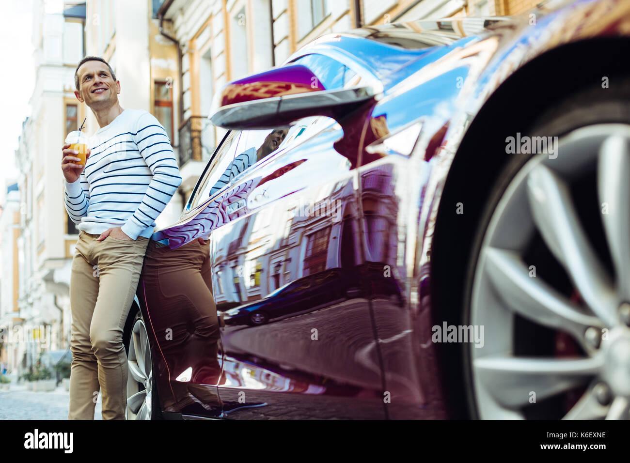 Freundliche nette Mann in der Nähe von seinem Auto ruhen Stockbild