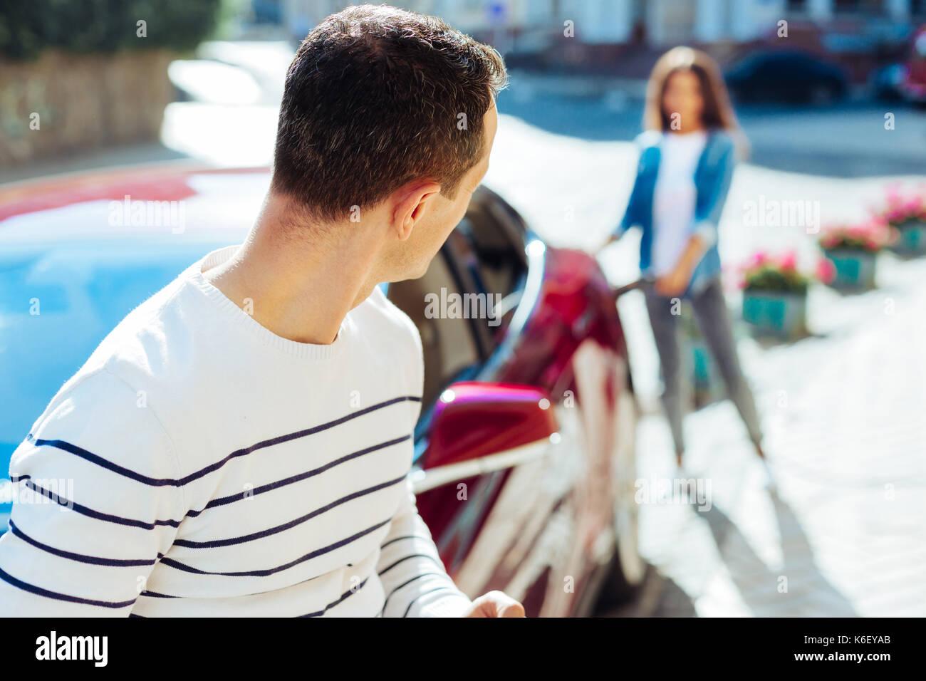 Nett aussehenden Mann, der vor seinem Auto Stockbild