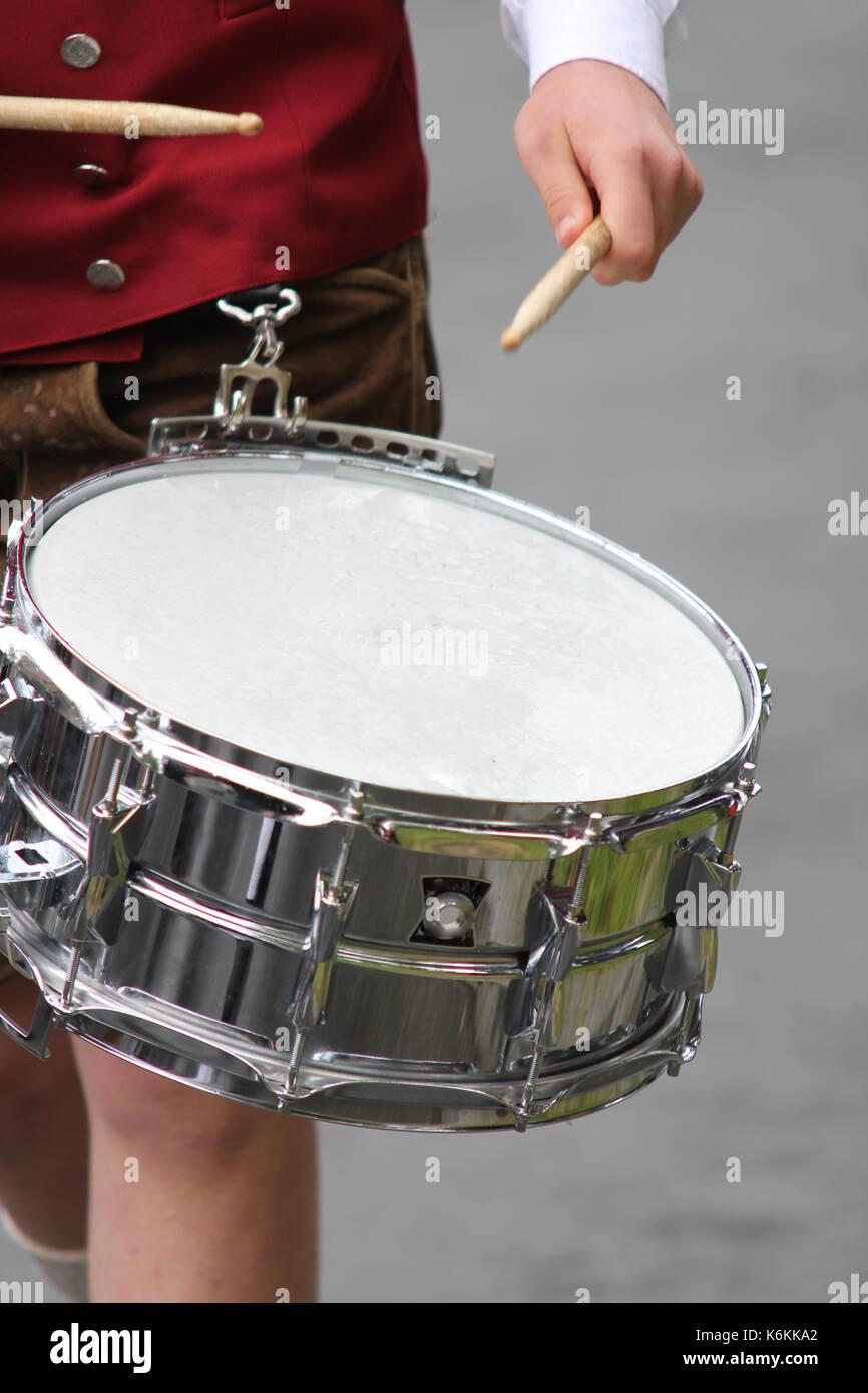 Trommler bei einen Bayerischen Fest. musizieren, schlaginstrument, Pauken, musikkapelle, Musikinstrument, schlagen, glänzend, freigestellt Dr Stockbild