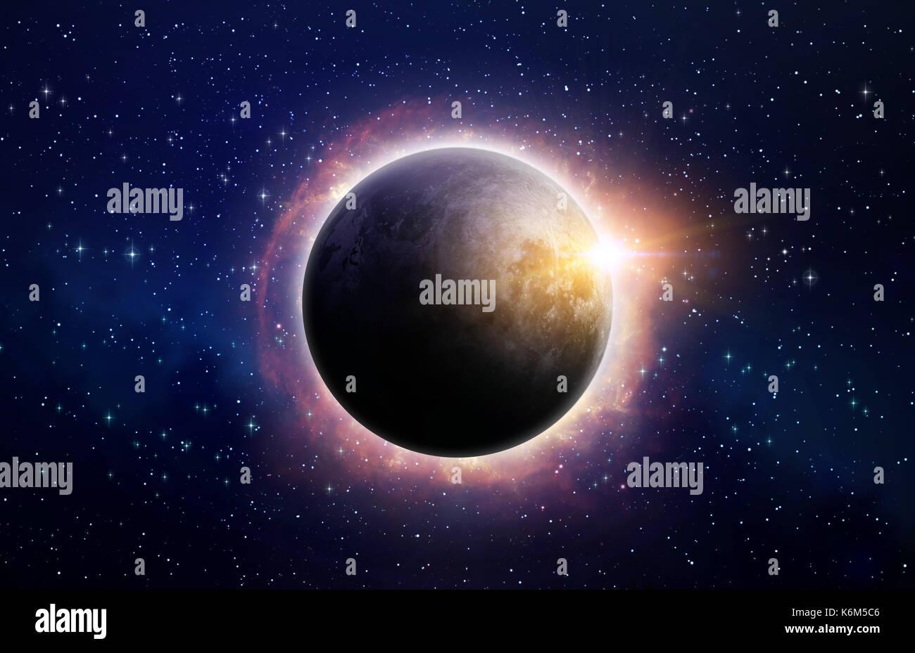 Volle Sonnenfinsternis, durch Sonneneruptionen umgeben, im Weltraum Stockbild