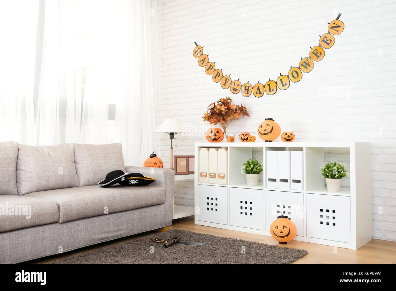 Leer keine Personen Wohnzimmer mit Halloween Dekoration für ...