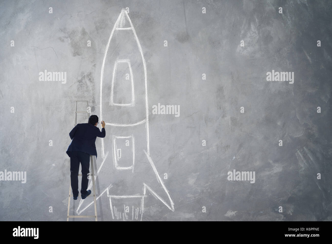 Geschäftsmann klettern Treppe Zeichnung Rakete Skizze auf Wand, Erfolg, Leader und Sieger Konzept. Stockbild