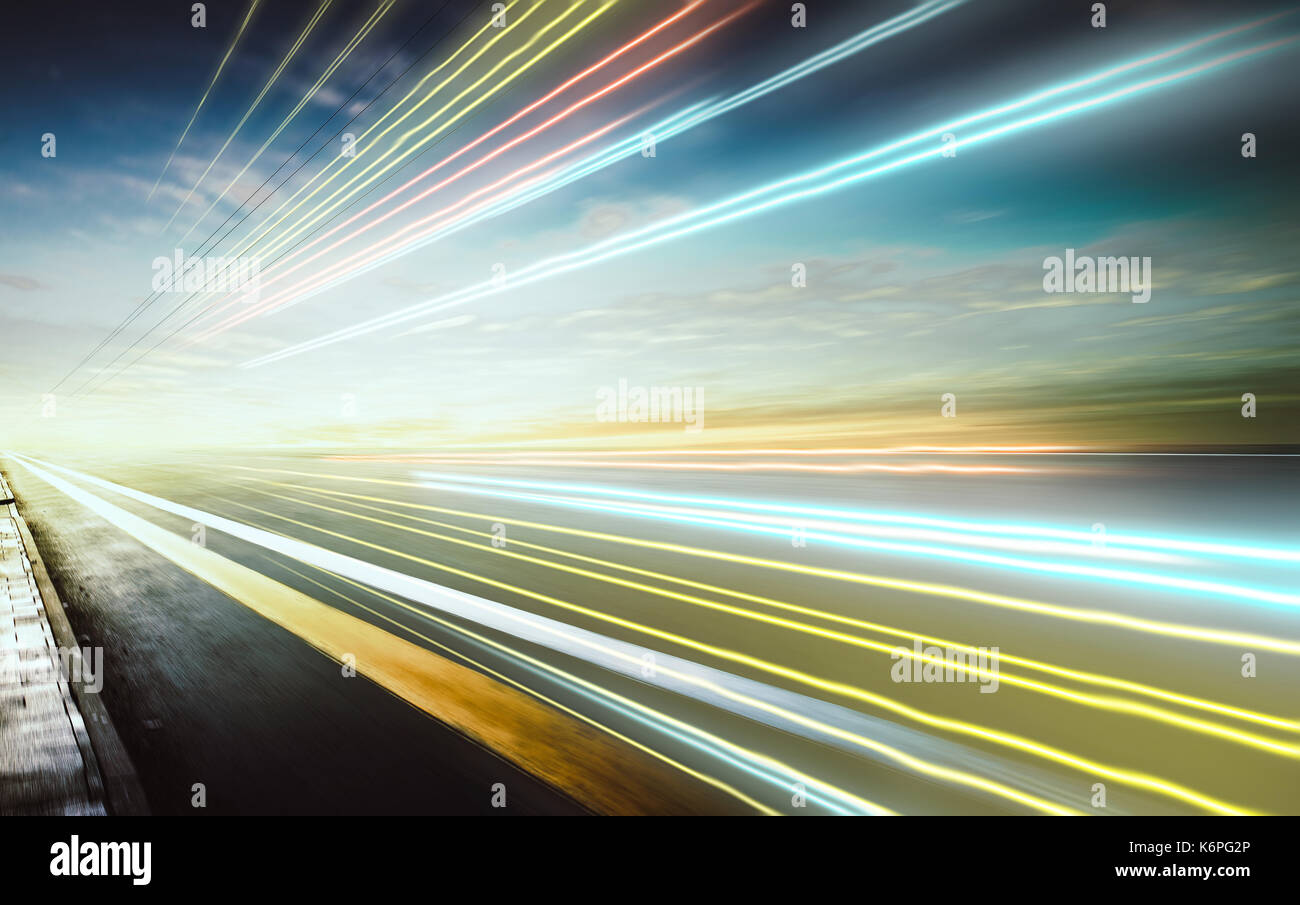 Moving Forward Motion blur Hintergrund mit Lichterkette, abend Szene. Stockbild