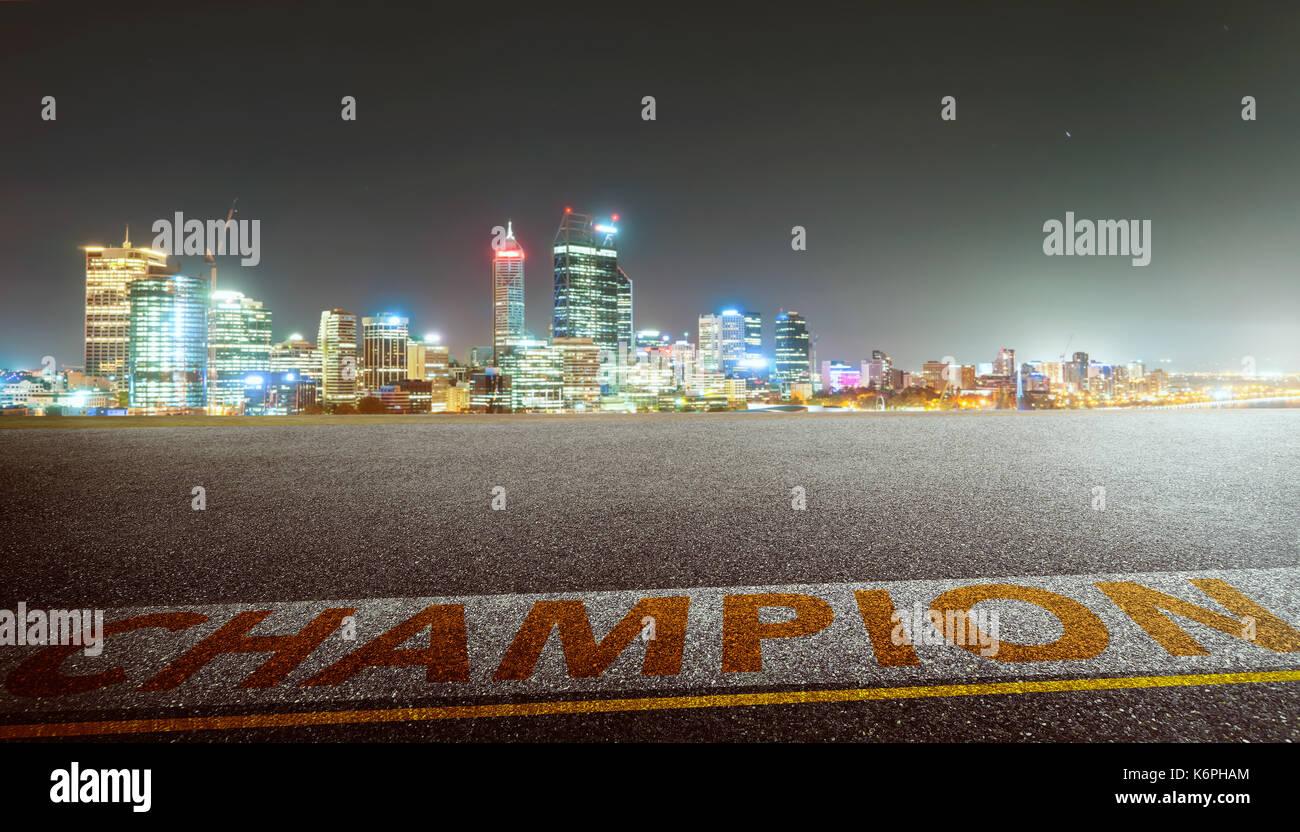 Blick auf den leeren Asphalt mit Champion Wort und die Skyline der Stadt. Nacht Szene. Stockbild