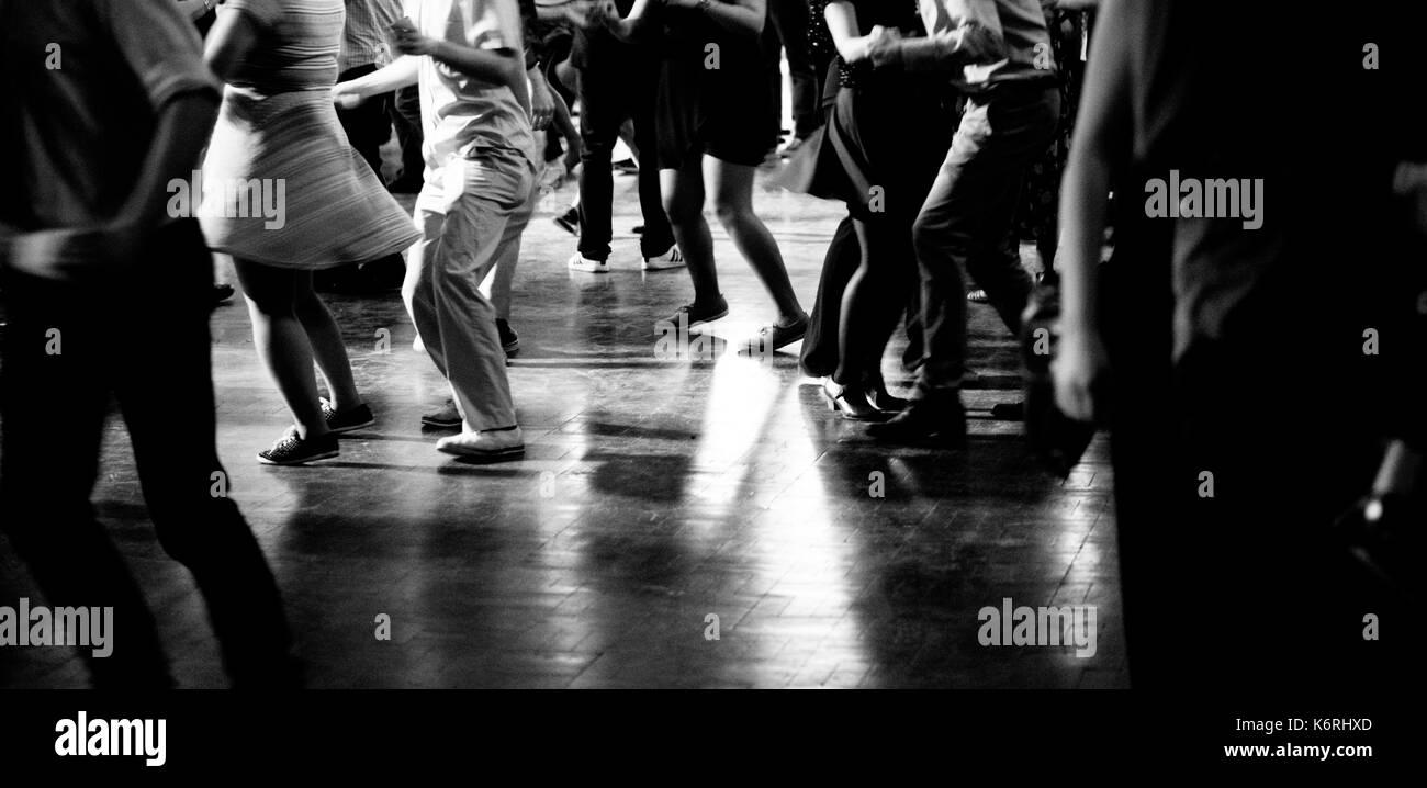 Die Menschen tanzen auf der Party Stockbild