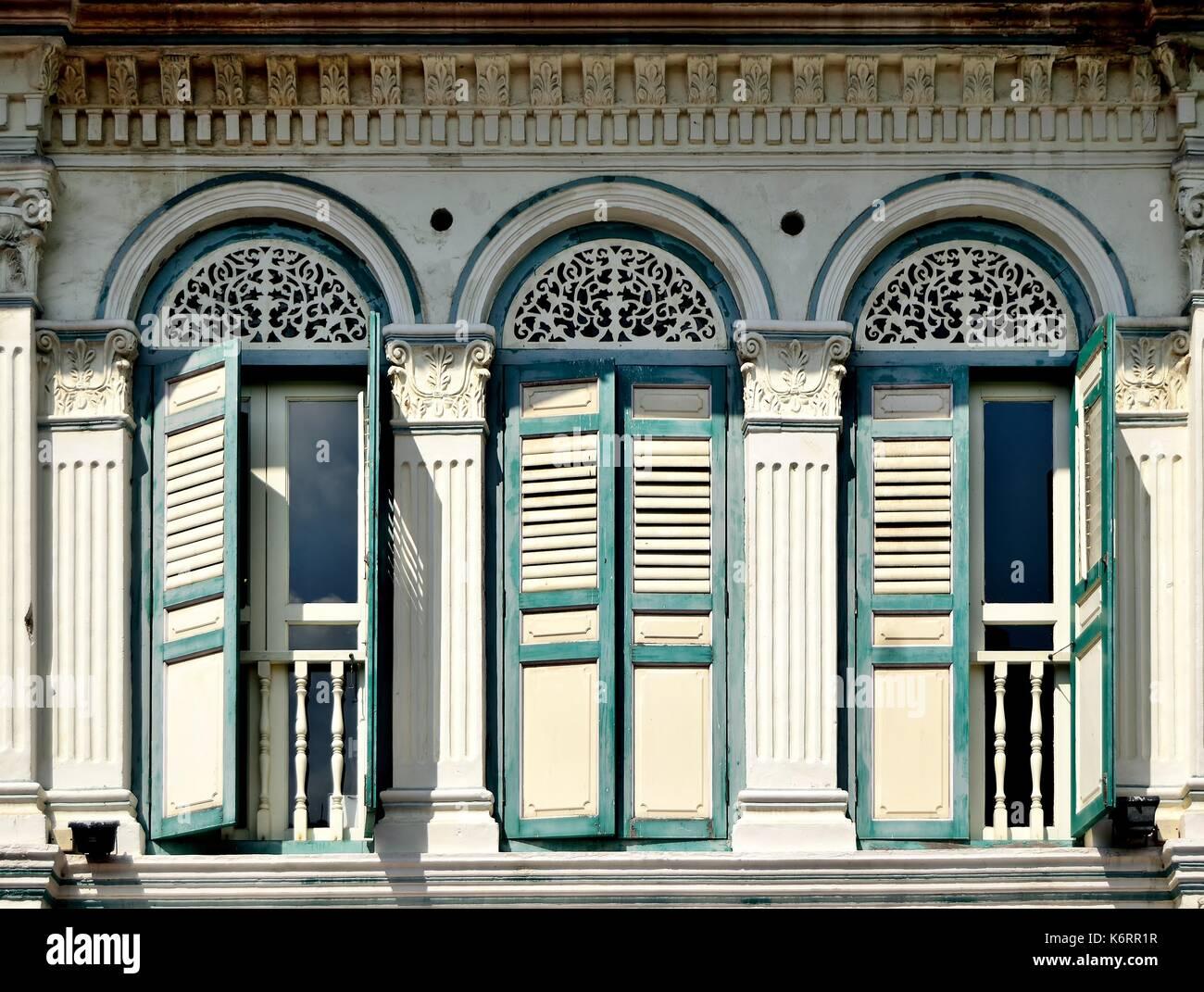 Perfect Traditionelle Singapur Shop Haus Außen Mit Bogenfenster, Hölzerne  Lamellenfensterläden Und Verzierten Säulen Im Historischen Kampong Glam  Bereich