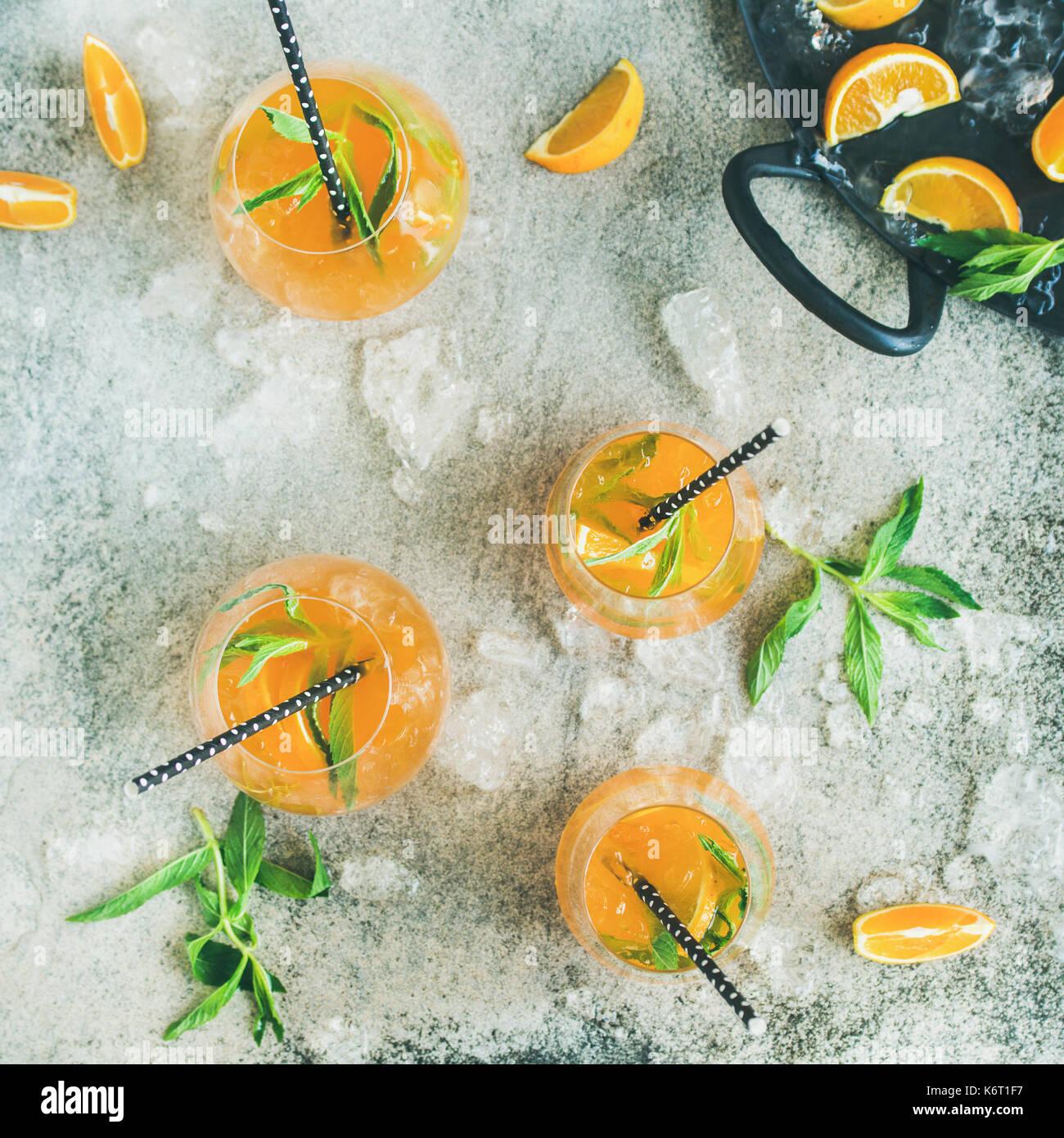 Erfrischende alkoholische Sommer Cocktail in Gläser, konkreten Hintergrund, Quadrat Erntegut Stockbild