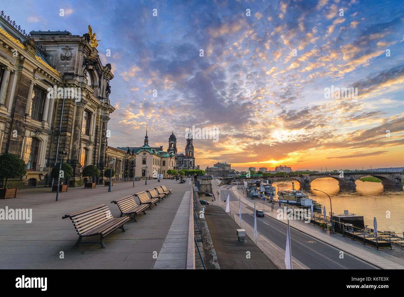 Dresden Sonnenuntergang Skyline der Stadt an der Elbe und Augustus Brücke, Dresden, Deutschland Stockbild