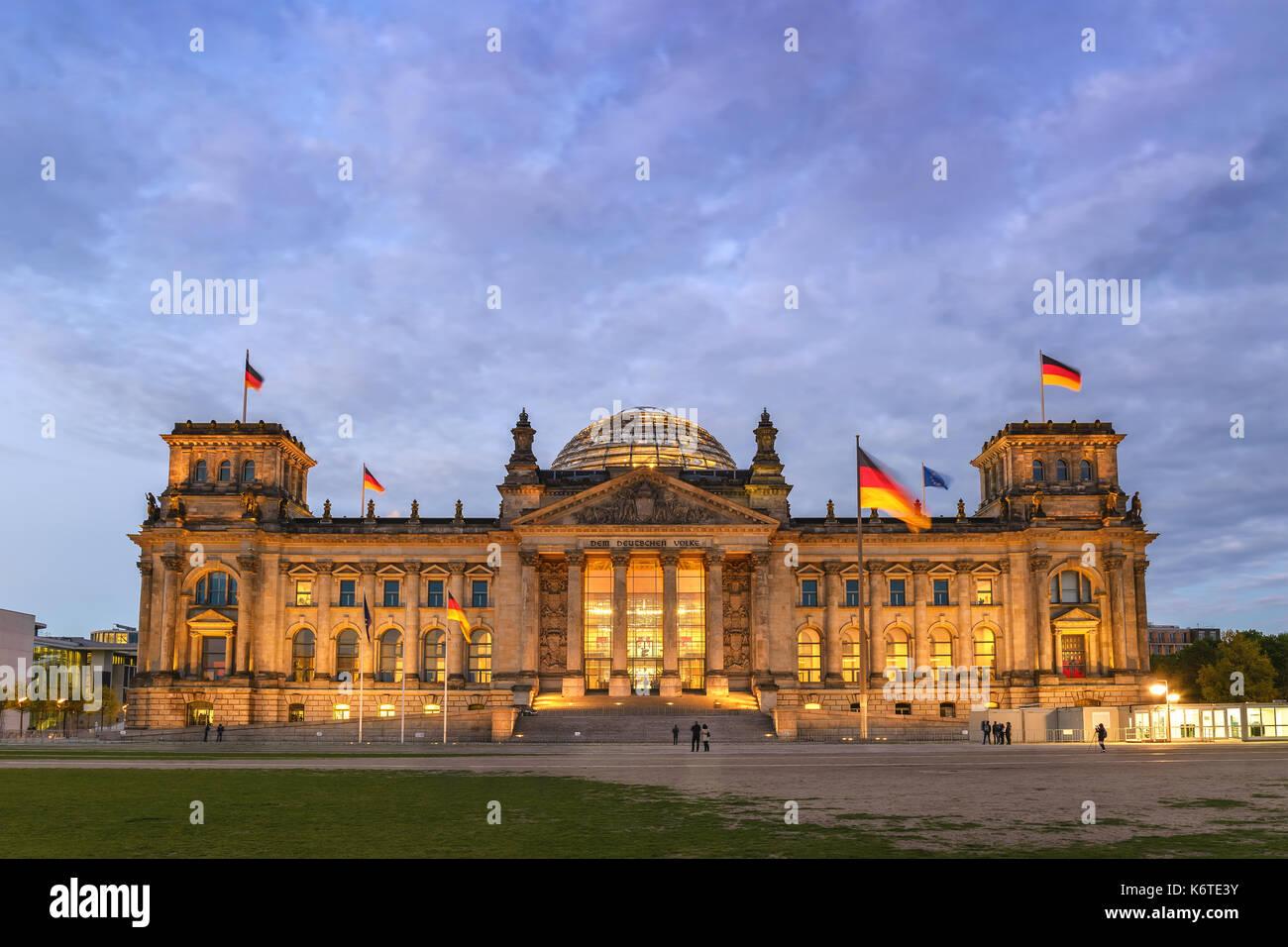 Berlin Night City Skyline am Reichstag (Bundestag), Berlin, Deutschland Stockbild