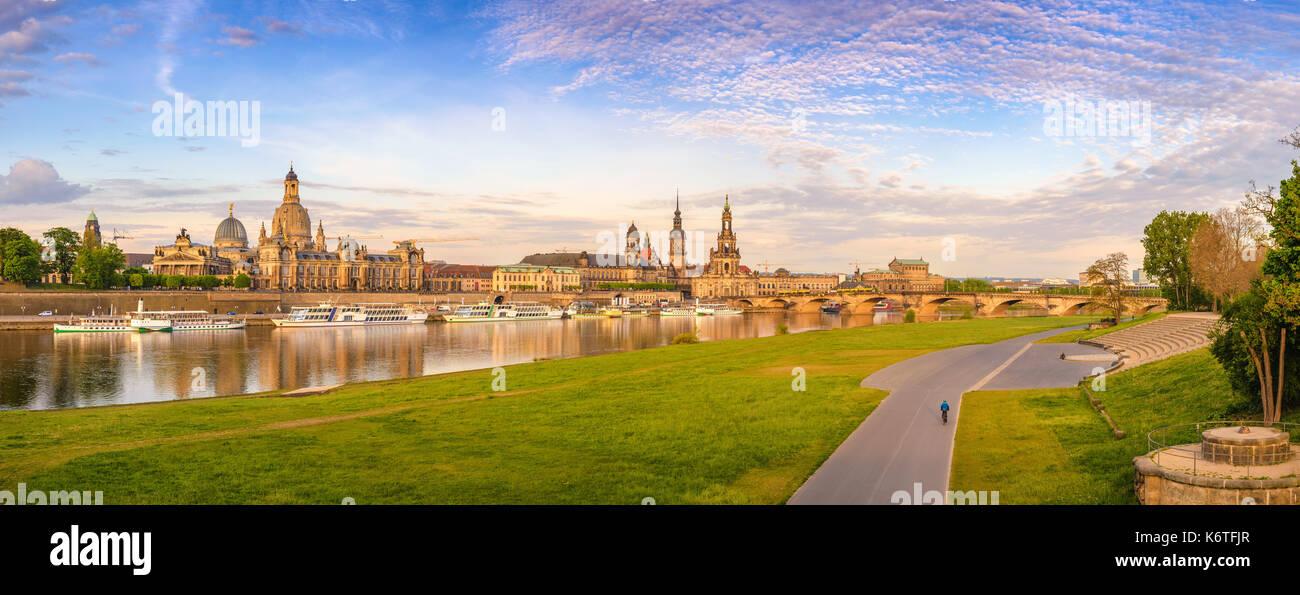Dresden City Skyline Panorama an der Elbe und Augustus Brücke, Dresden, Deutschland Stockbild