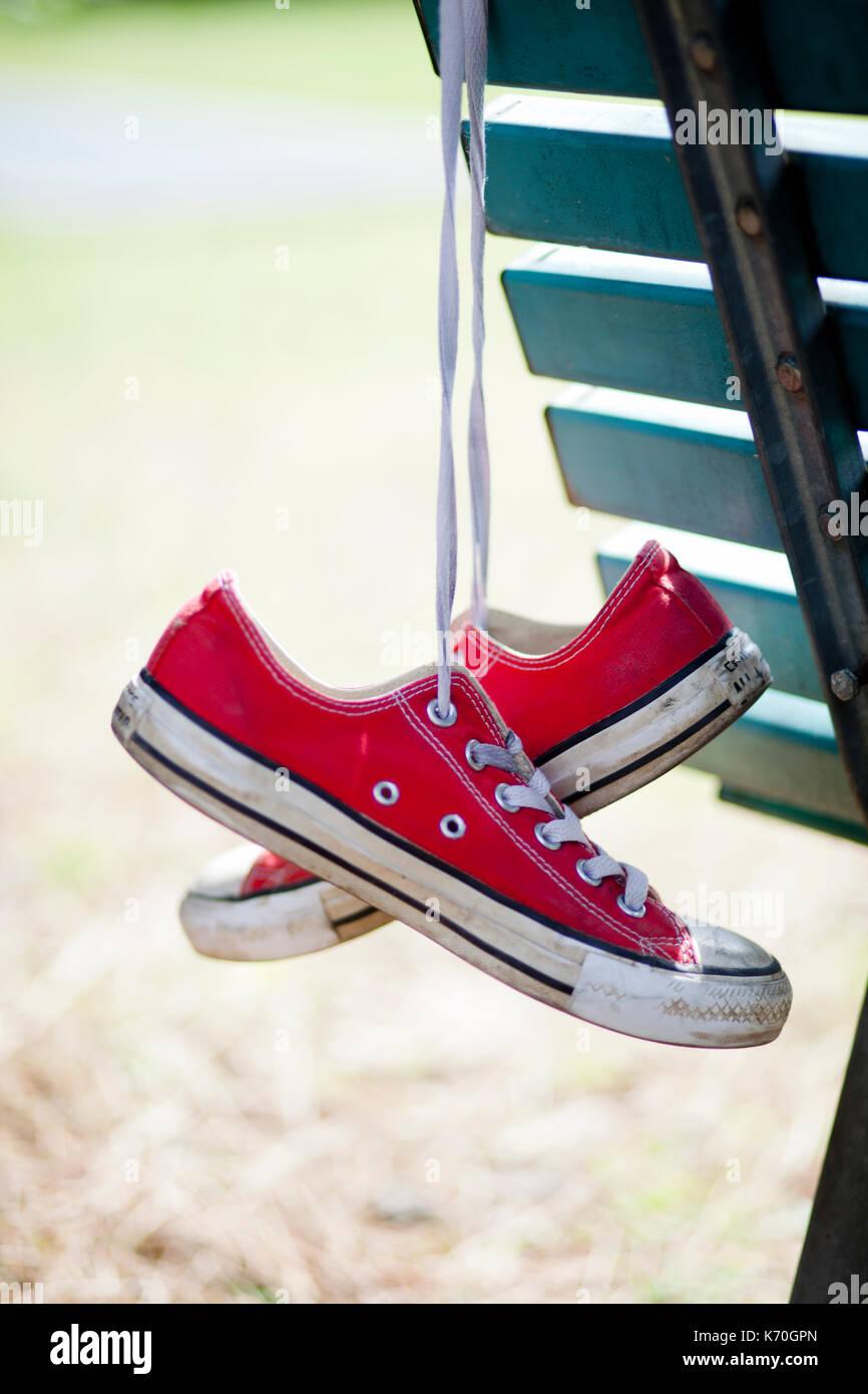 Rot Converse All Star von einer Bank hängen verwendet