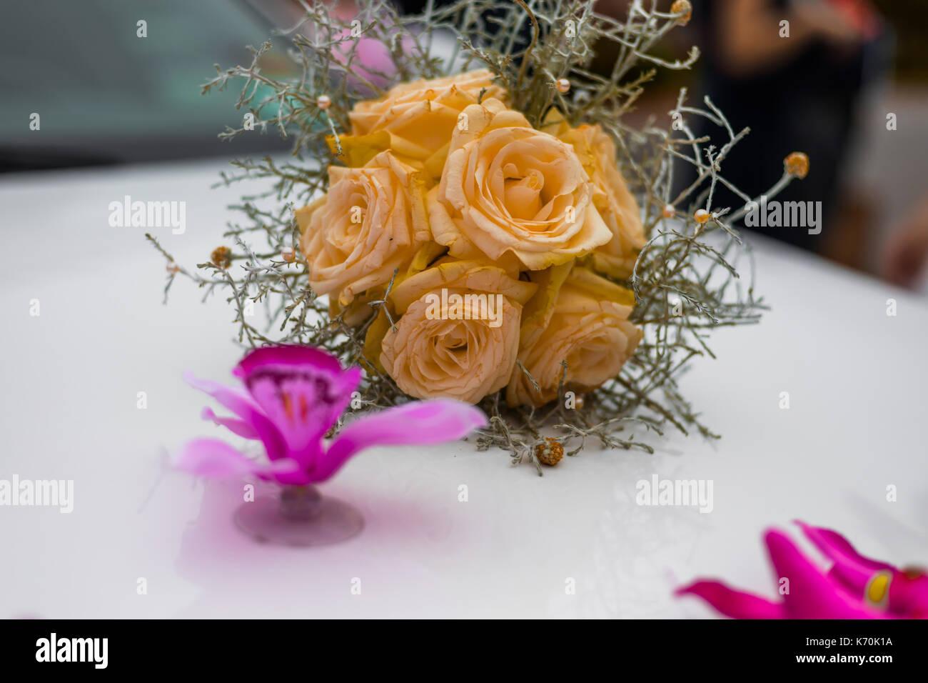 In Der Nahe Der Hochzeit Strauss Gelber Rosen Auf Weiss Limousine