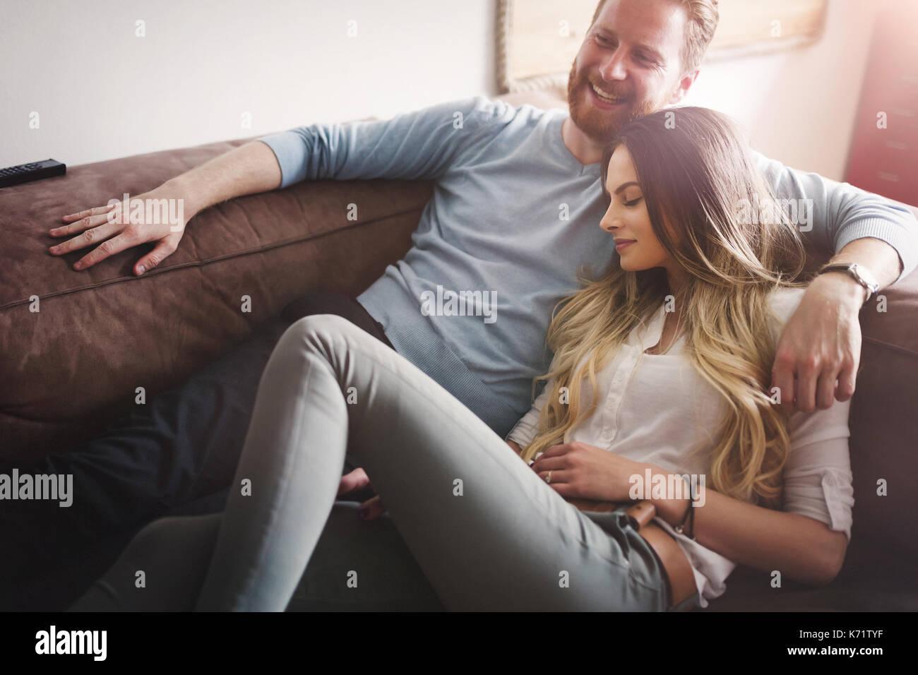 Glückliches Paar liegend auf dem Sofa zusammen und Entspannung zu Hause Stockbild
