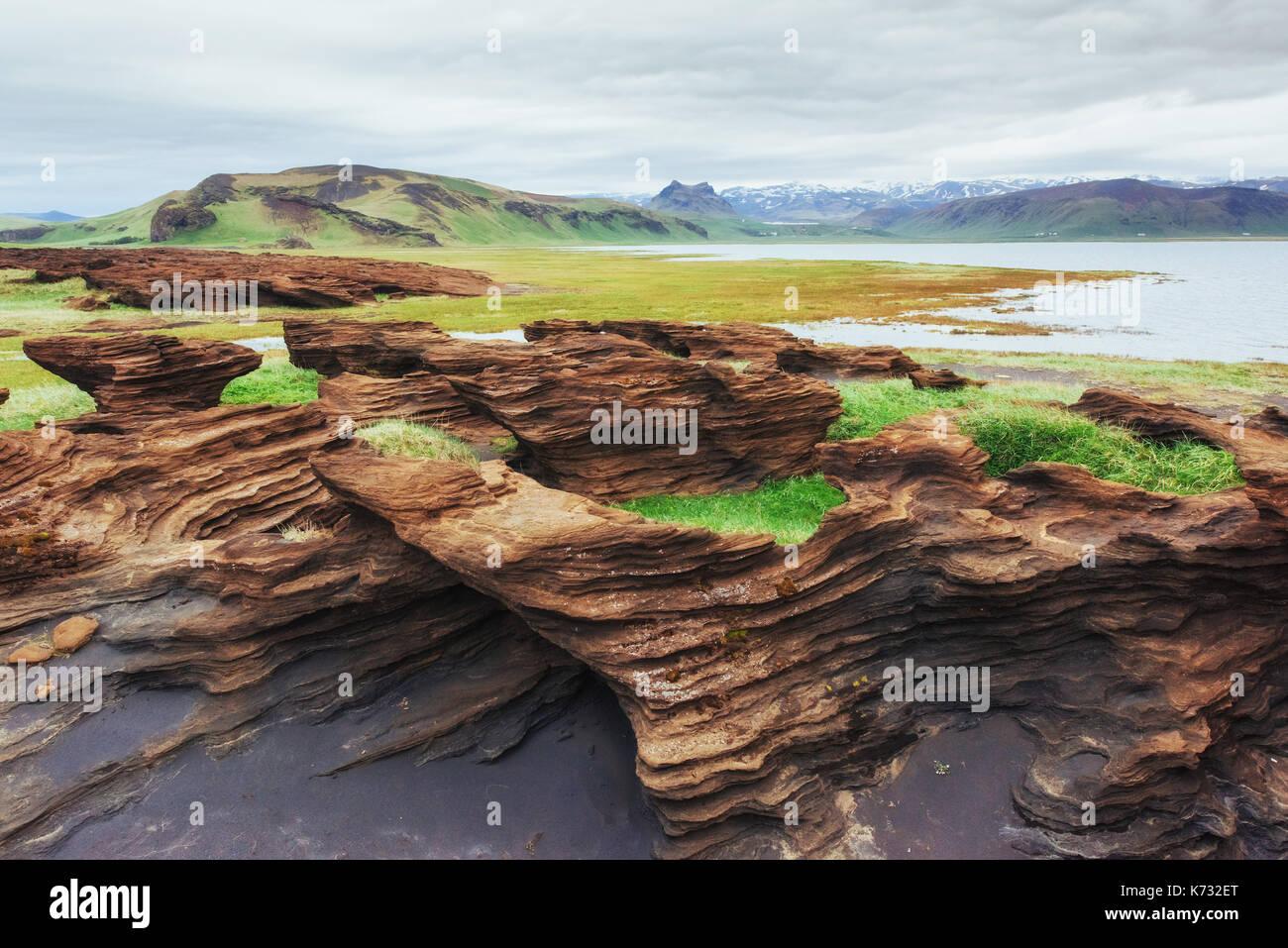 Malerischer Blick auf den vulkanischen Felsen in Island. Stockbild
