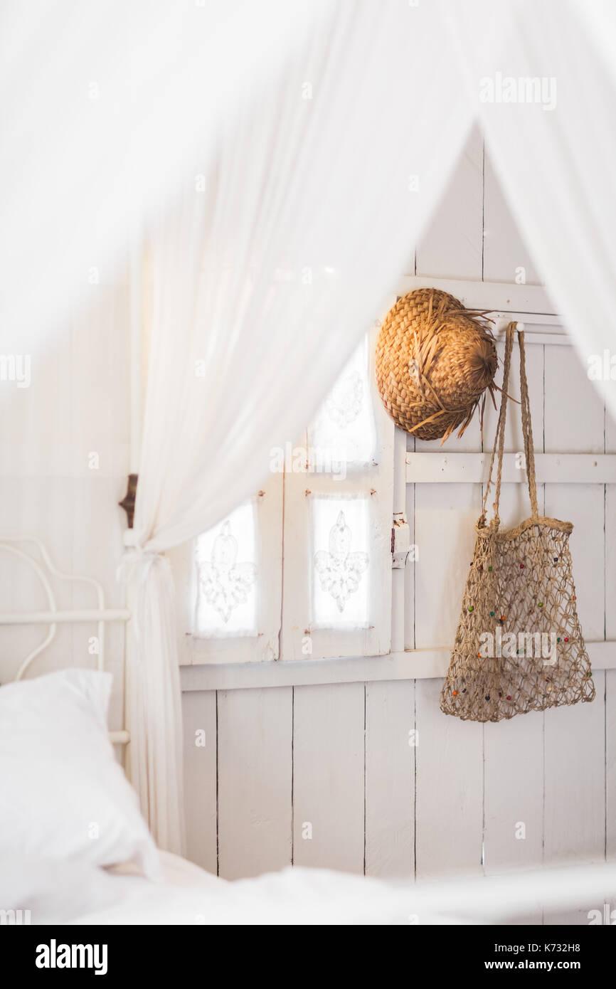 Innenraum der hellen, modernen Holz- Haus innen, vintage Fenster mit ...