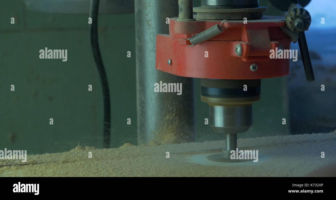 in einer möbelfabrik, ein mann bohrt löcher für möbel scharniere