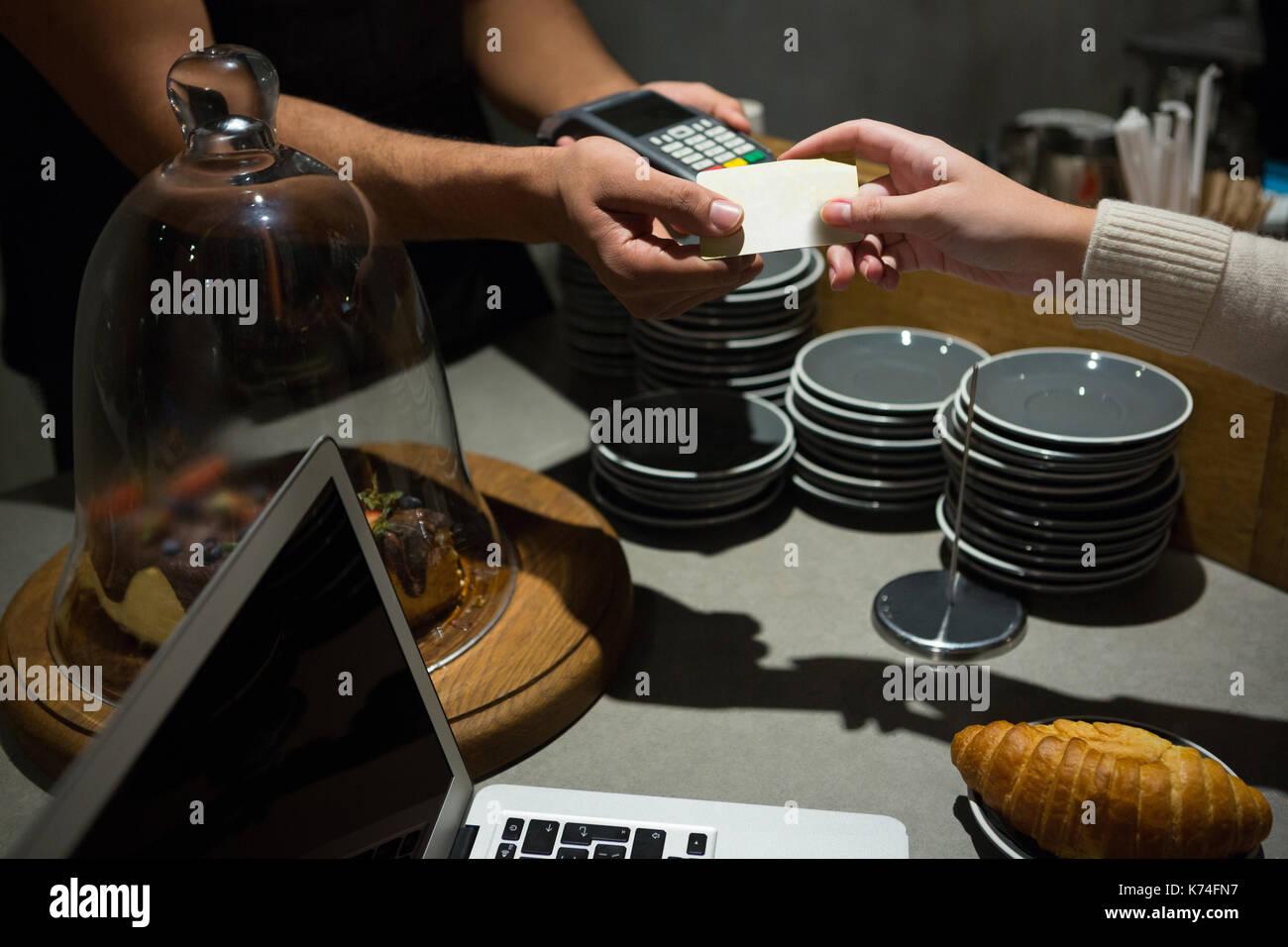 Kunden die Zahlung durch Kreditkarte an der Theke im Restaurant Stockfoto