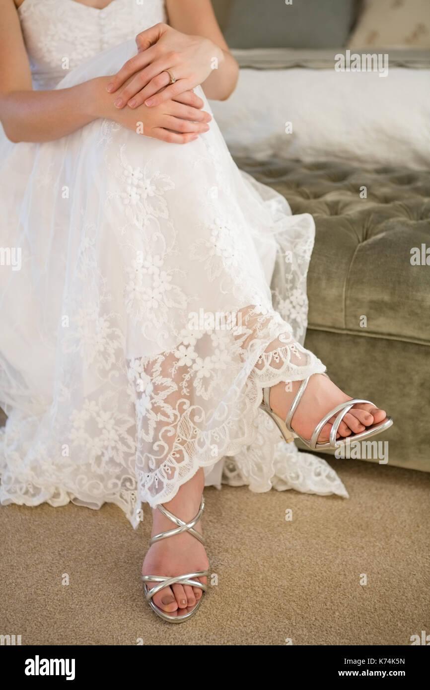 untere partie der braut tragen silber sandalen auf dem bett zu hause sitzen stockfoto bild. Black Bedroom Furniture Sets. Home Design Ideas