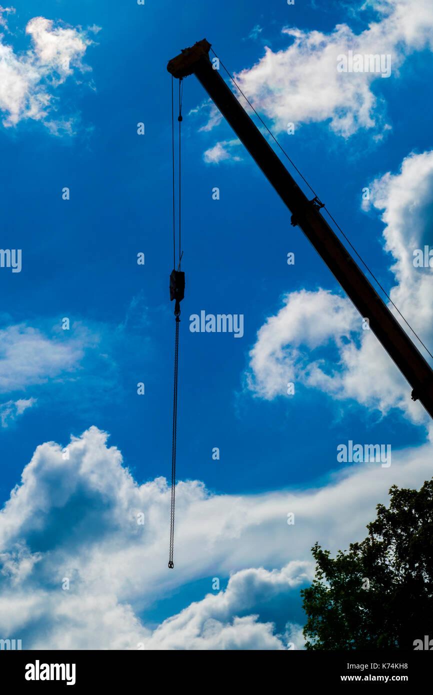 Markante Silhouette in den Himmel von einem großen, leistungsfähigen Kran Ausleger und Kabel und Riemenscheibe, ohne Last. Auf Mietwagen in Lincolnshire, England, UK. Stockbild