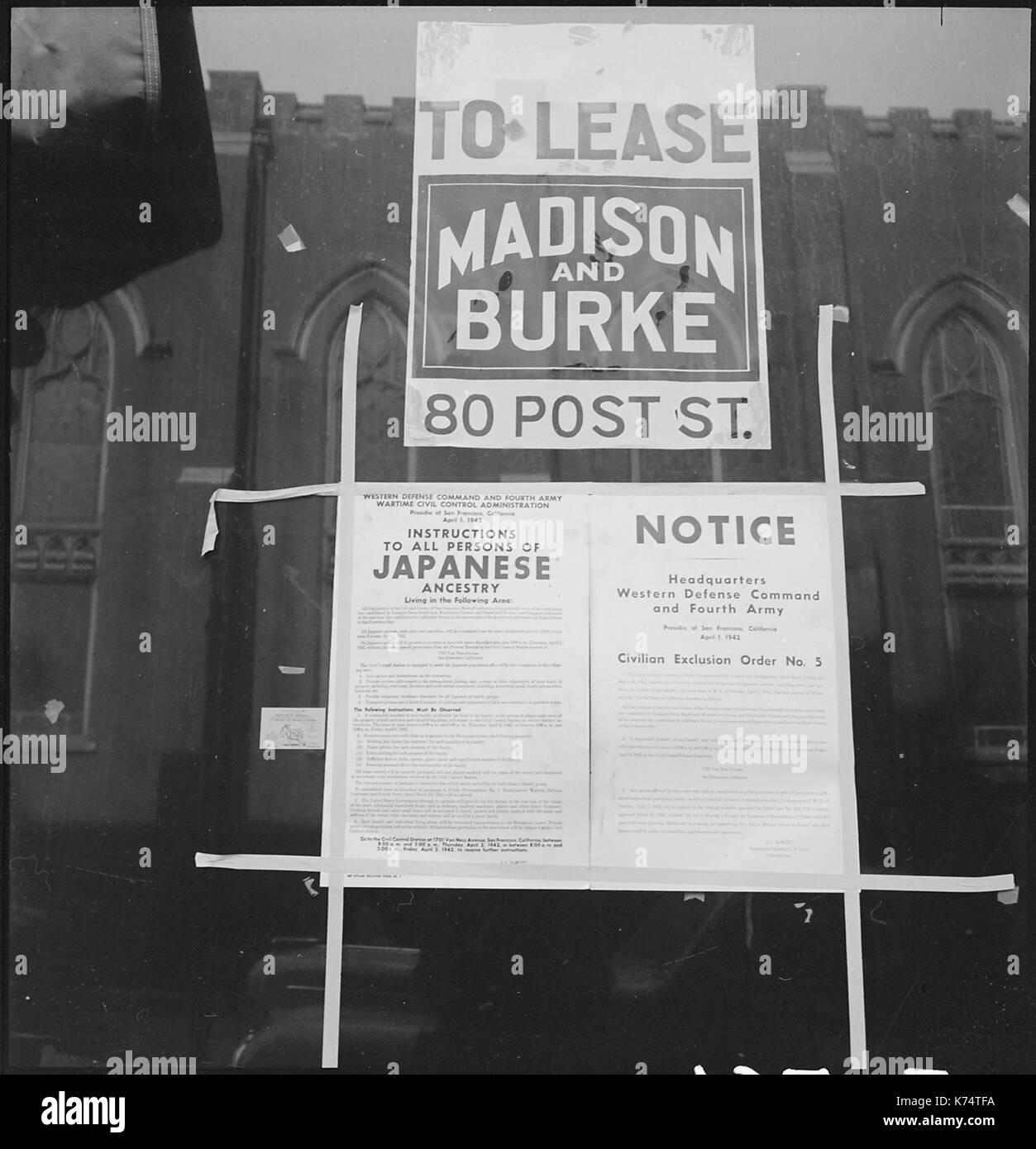 Zivile Ausgrenzung Bestellnummer 5, Bestellung Evakuierung der Bewohner des japanischen Vorfahren, in einen freien Store Fenster auf der Grant Avenue in Chinatown. San Francisco, CA, 4/4/1942. Foto von Dorothea Lange Stockbild