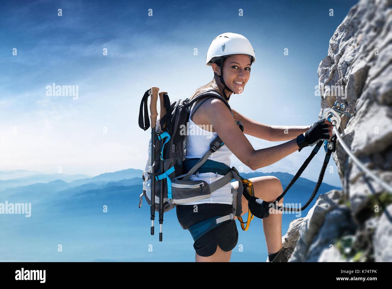 Klettersteig Weibl : Frau kletterer auf einem klettersteig via ferrata in den alpen