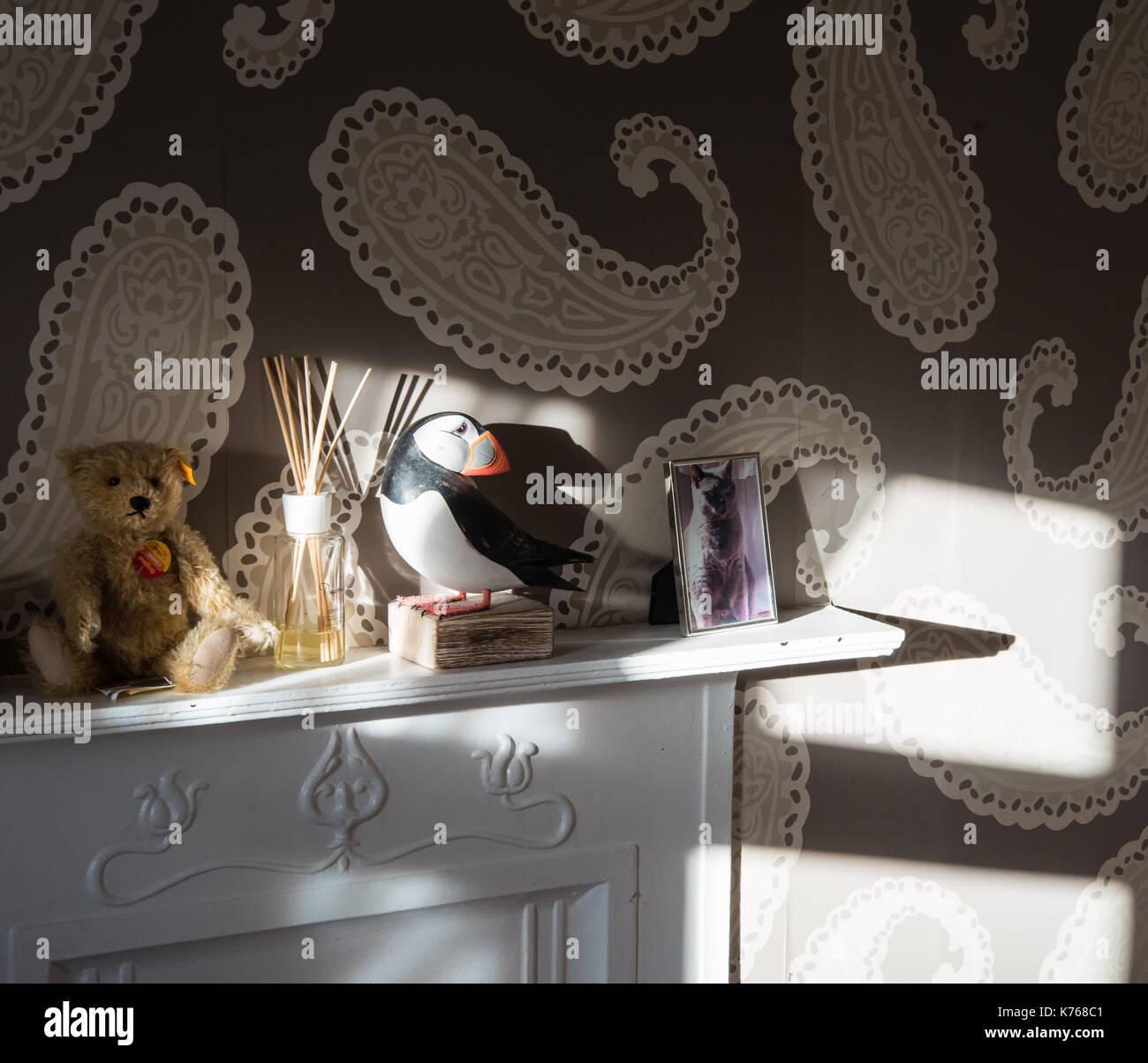 Schlafzimmer Wand mit paisley Tapeten und kaminsims Ornamente ...