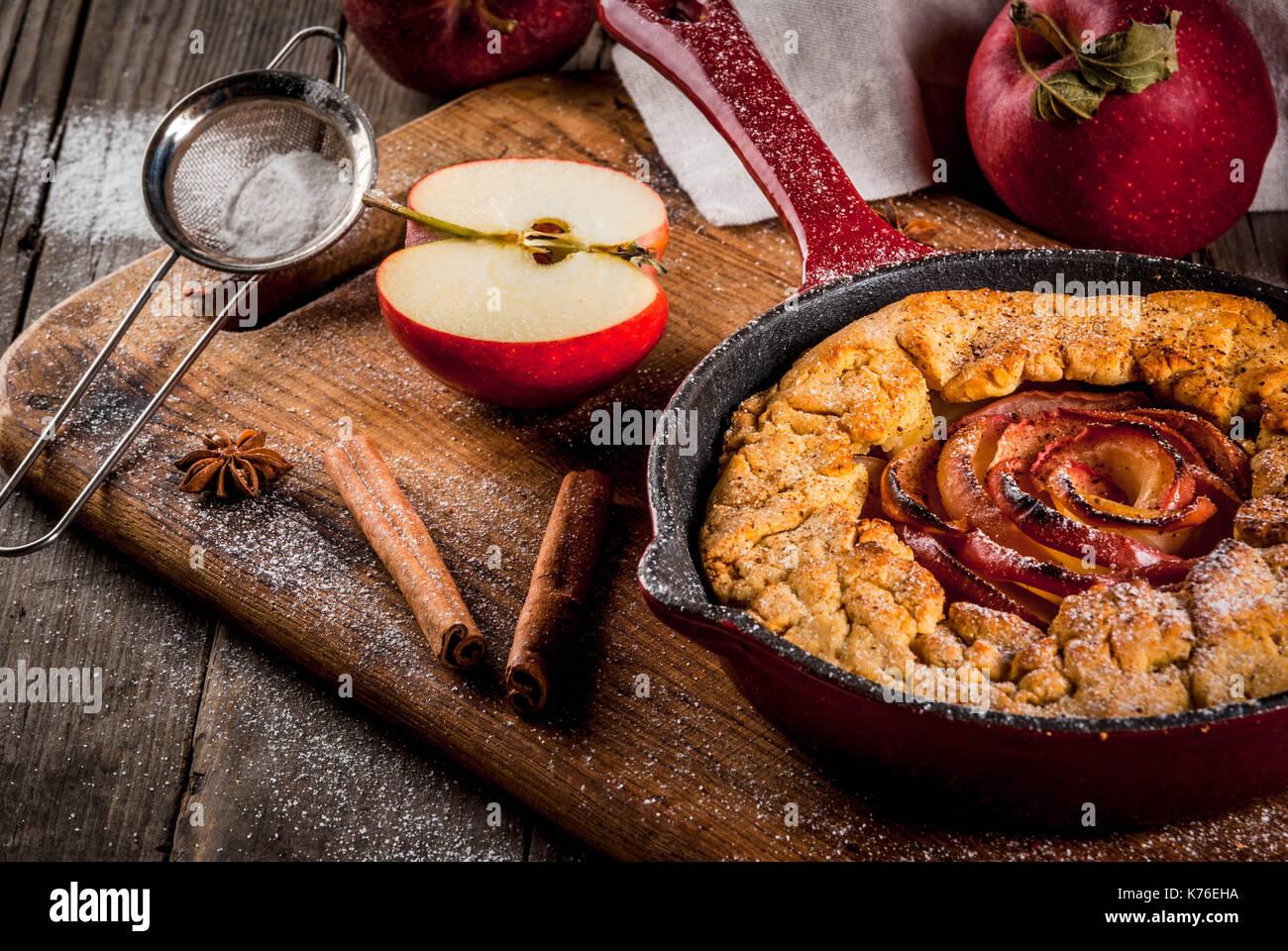 Traditionelle herbst Backen, Rezepte für Thanksgiving, hausgemachtem Vollkorn galette Apple Pie mit Bio Apfel und Zimt, in Gusseisen Pfanne, alte Woo Stockbild