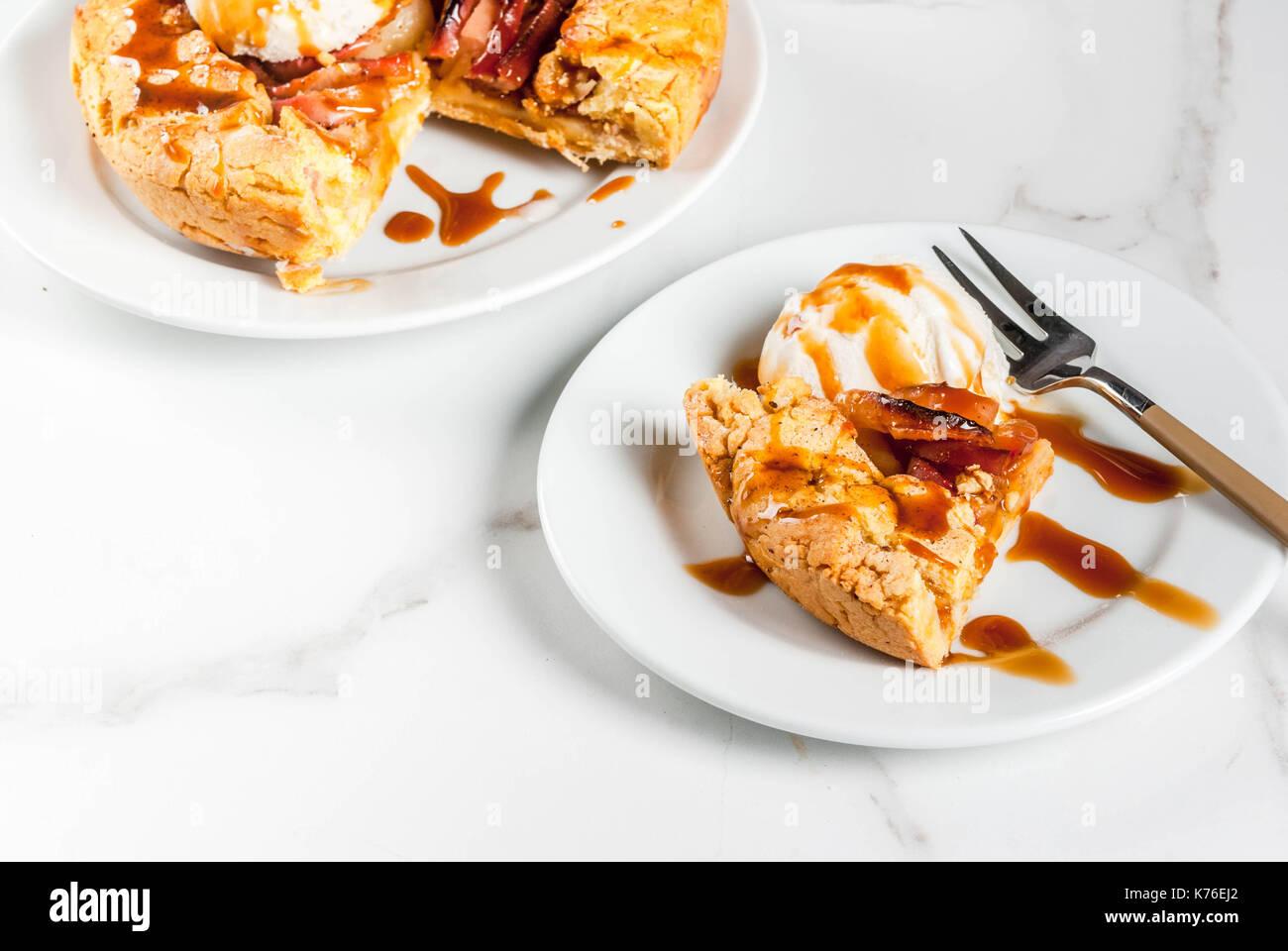 Traditionelle herbst Backen, Rezepte für Thanksgiving, hausgemachtem Vollkorn galette Apple Pie mit Bio Apfel und Zimt, weißem Marmor Tabelle, kopieren Stockbild