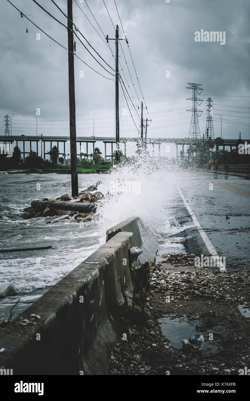 Das Wasser stürzt über eine Straße während des Hurrikans Harvey Stockbild