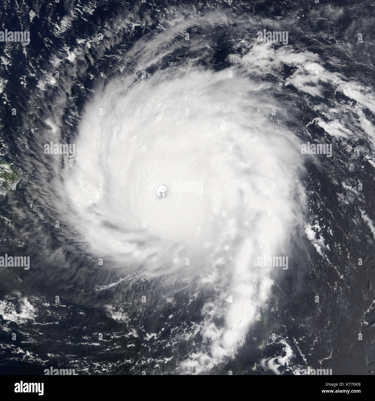 Hurricane Irma über die Leeward Inseln, die von der NASA aufgenommen am Mittwoch, 6. September 2017. Irma ist der stärkste Hurrikan aller Zeiten über den Atlantischen Ozean gemessen. T (NASA/Suomi NPP-VIIRS) Stockbild