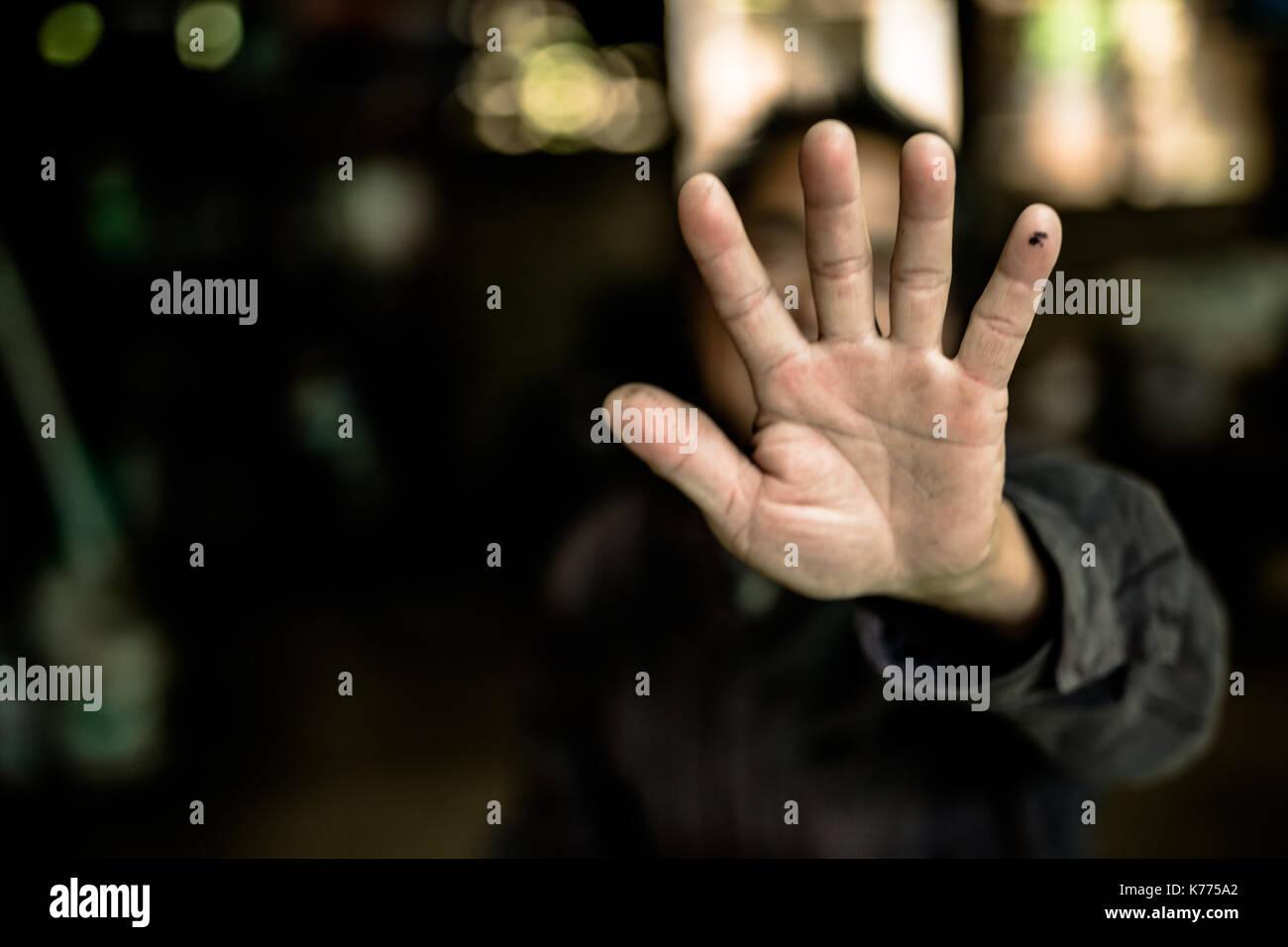 Stop missbrauchte junge Gewalt. Kind Bondage in Winkel Image Blur, Tag der Menschenrechte Konzept. Stockbild