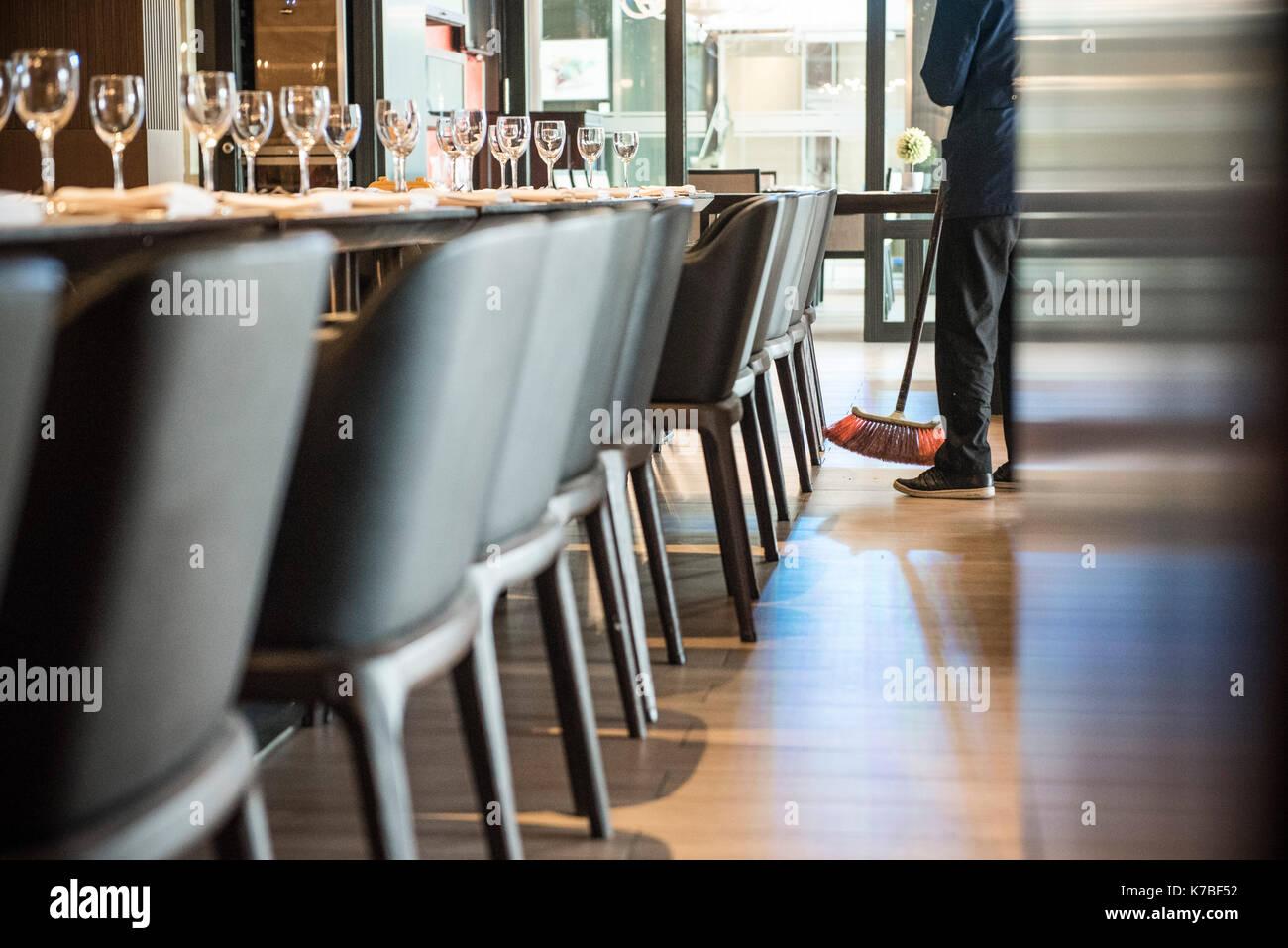 Person fegen Restaurant Etage Stockfoto