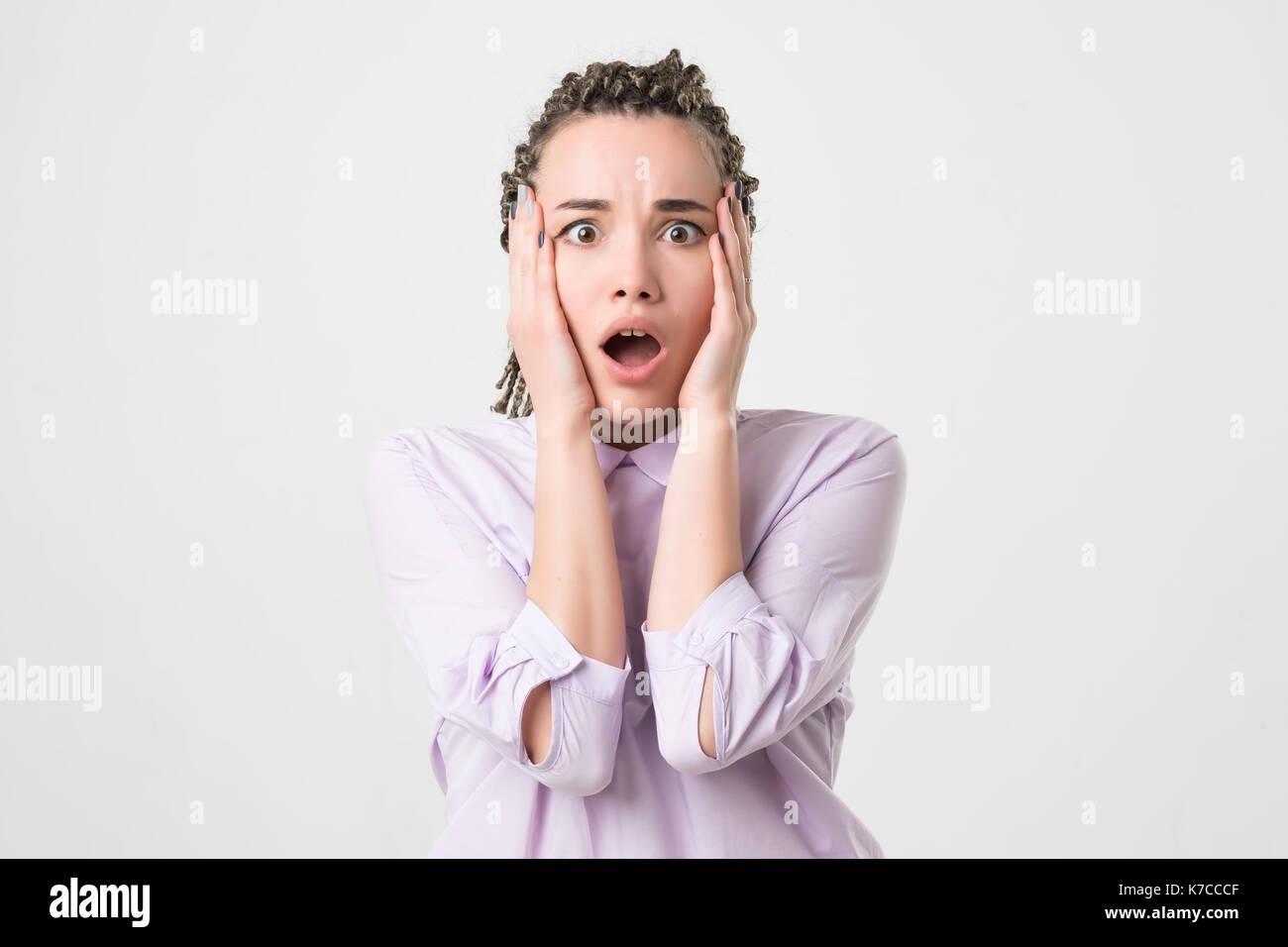 Junge entsetzt Frau ihren Mund schließen mit Händen auf weißem ...