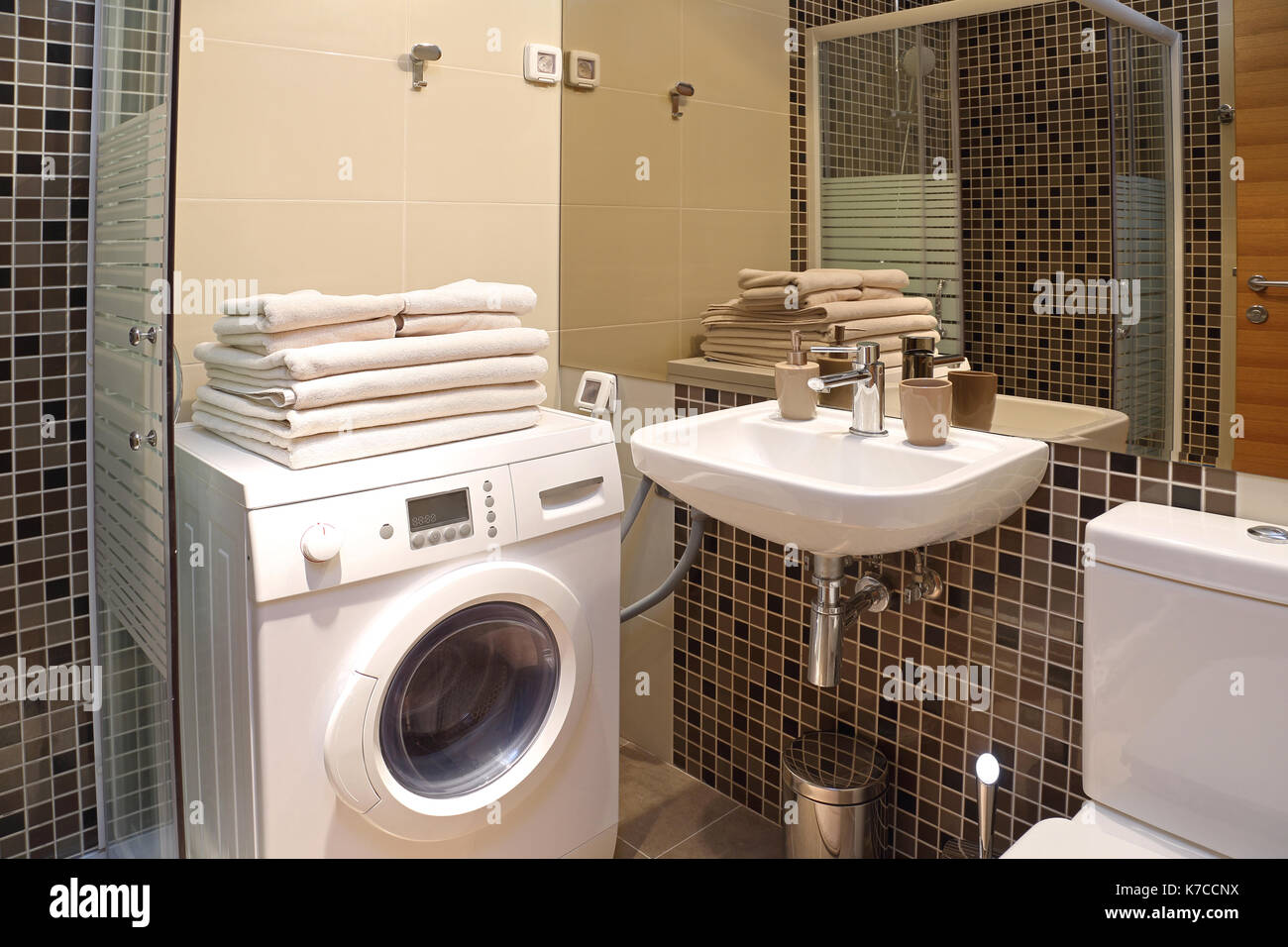 Bekannt Modernes, kleines Bad mit Waschmaschine Stockfoto, Bild: 159469350 VA05