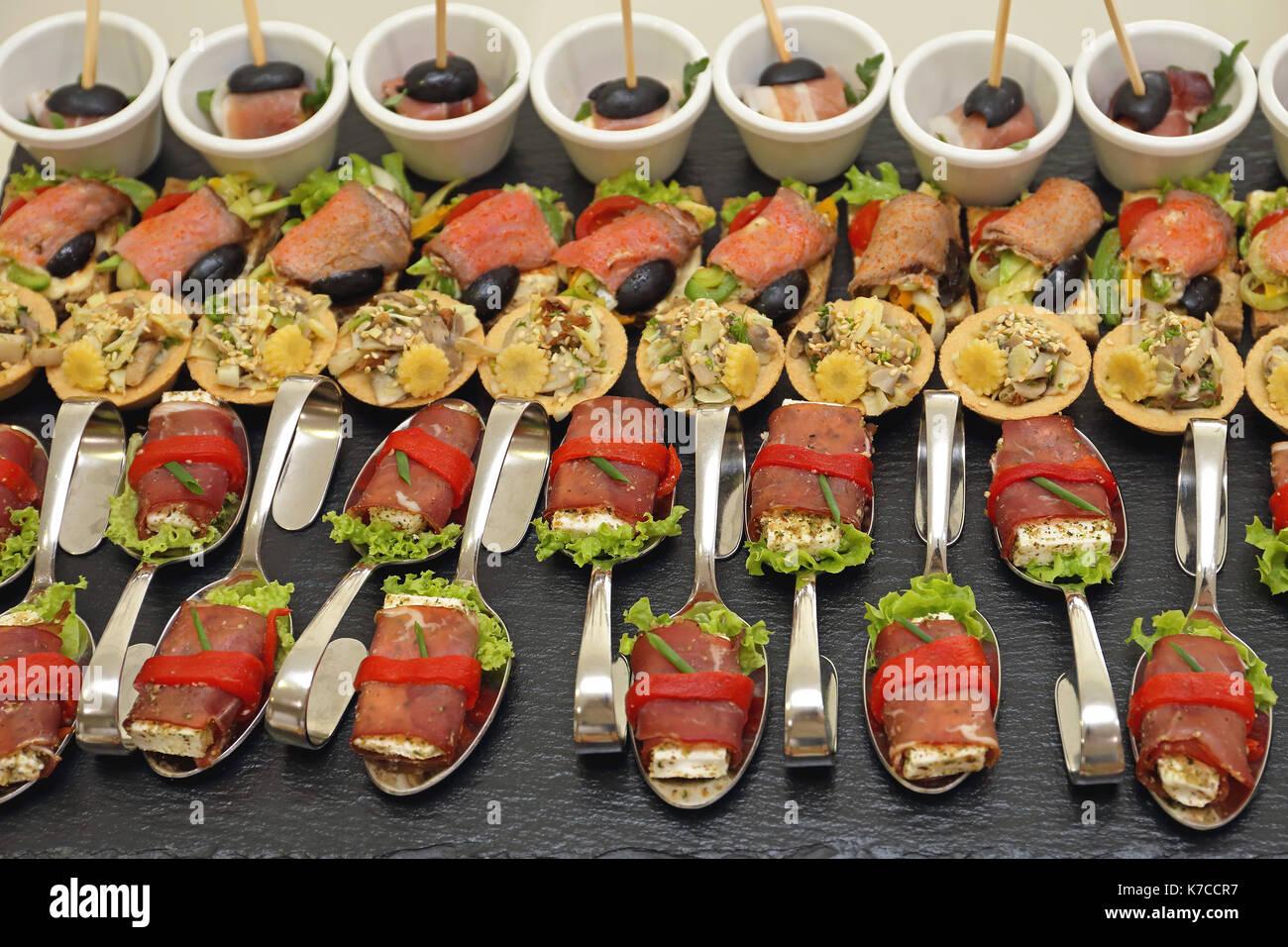 Moderne Canapes Essen in gebogener Löffel Stockbild